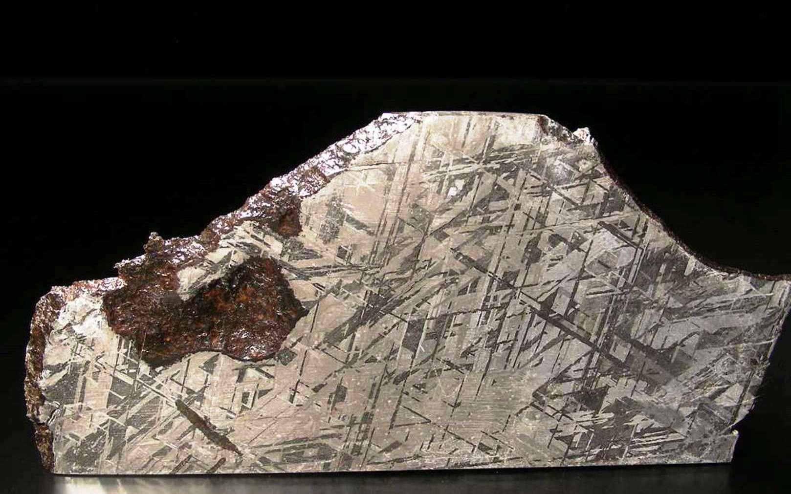 On voit sur cette image une coupe de la météorite Gibeon, une sidérite octaédrite classée IV A, trouvée en Namibie en 1836. La belle structure de ses figures de Widmanstätten et son excellent état de conservation en font la météorite la plus utilisée en bijouterie mais, pour les géologues, elle donne des indices sur l'aspect du noyau en fer et en nickel de la Terre. © L. Carion, carionmineraux.com