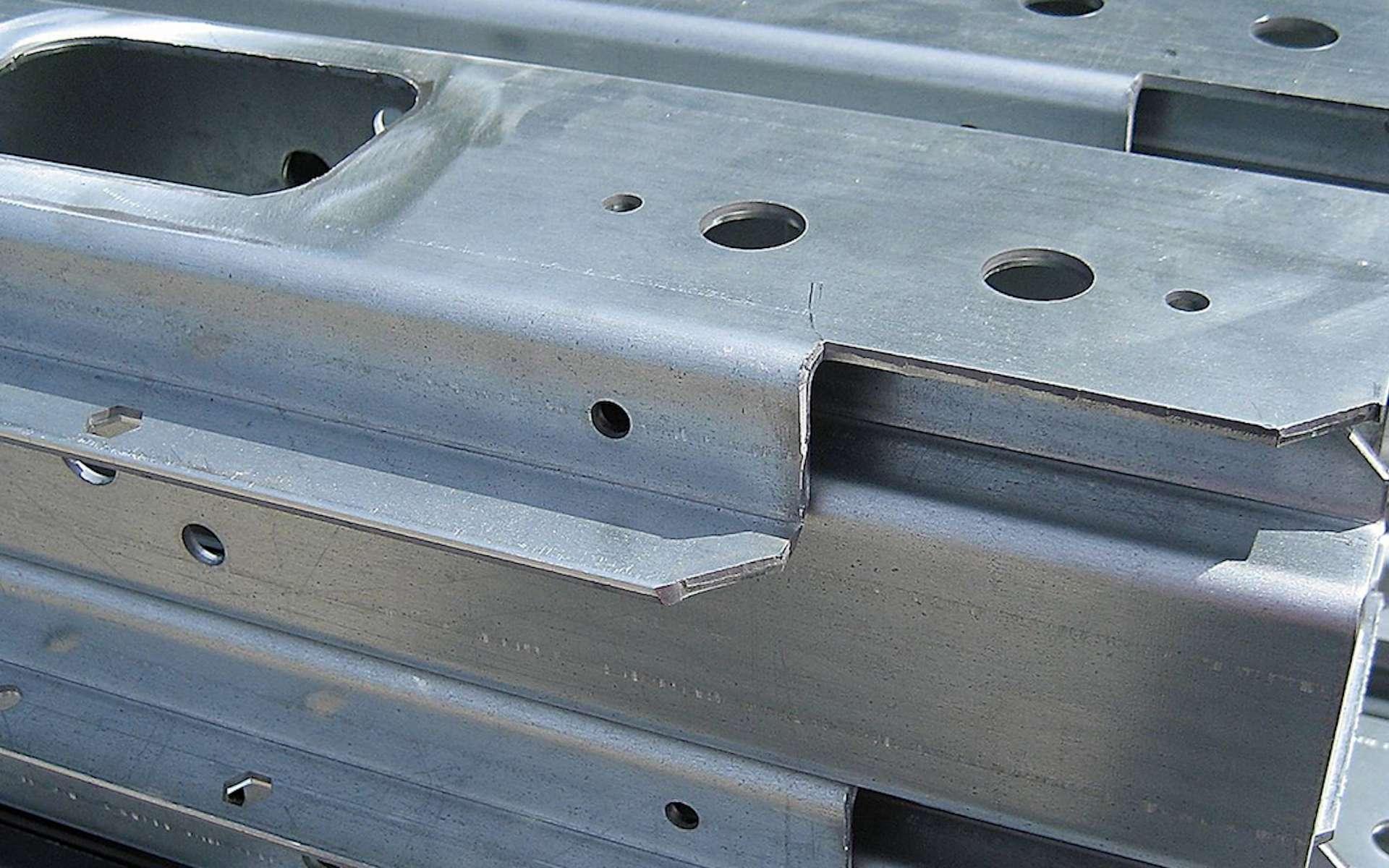 Longerons de remorques de camions en tôles d'acier galvanisé pliées et poinçonnées © Francemétal