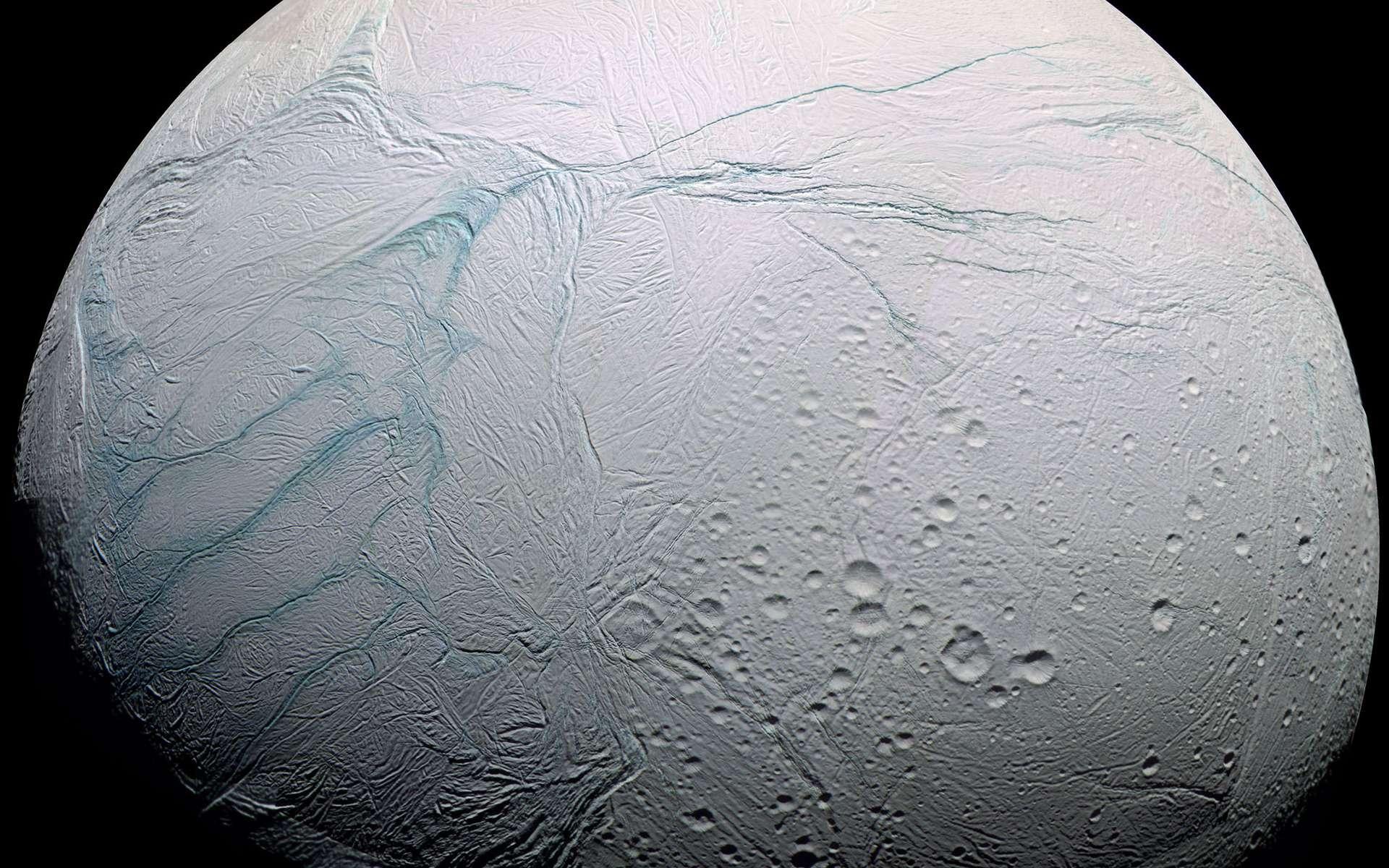 La lune Encelade photographiée par Cassini. Selon un nouveau modèle, l'épaisseur de la banquise de ce satellite de Saturne de 500 km de diamètre atteint 35 km au niveau de son équateur et moins de 5 km dans la région active du pôle sud (rayures à gauche sur l'image) où sont observés des geysers. © Nasa, ESA, JPL, Cassini Imaging Team, SSI