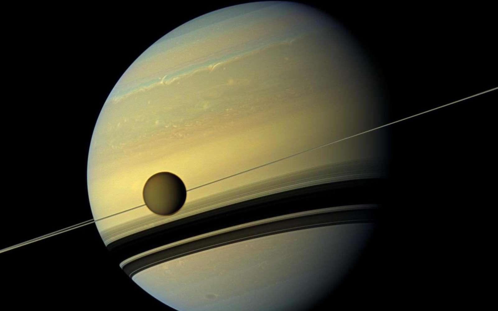Cette mosaïque combine six images – deux de filtres spectraux rouge, vert et bleu – pour créer cette vue en couleurs naturelles de Saturne et sa lune Titan. Les images ont été obtenues grâce à la sonde Cassini le 6 mai 2012, à une distance d'environ 778.000 kilomètres de Titan. L'échelle d'image est de 46 kilomètres par pixel sur Titan. © Nasa, JPL-Caltech, Space Science Institute