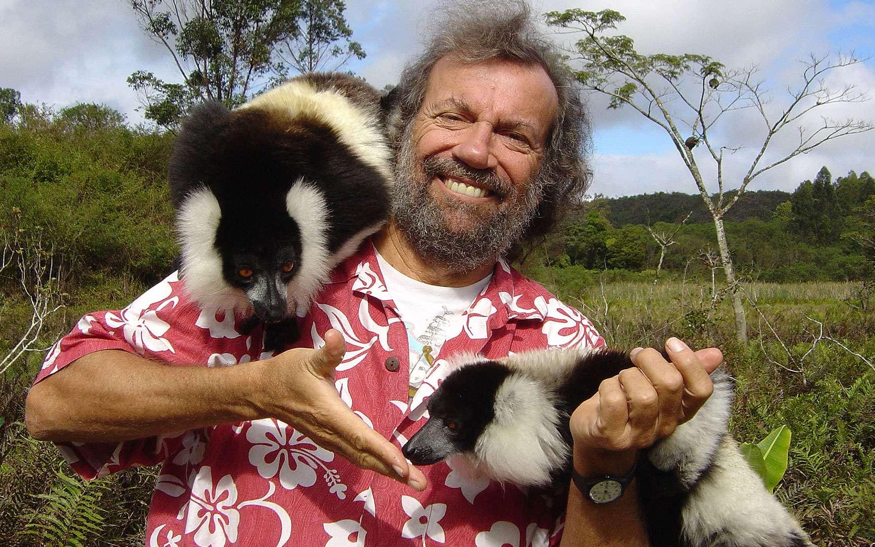 Antoine et les varis. Deux varis semblent avoir adopté Antoine… Le vari noir-et-blanc, de son nom scientifique Varecia varegata, est une espèce de lémuriens menacée par la déforestation. © Antoine