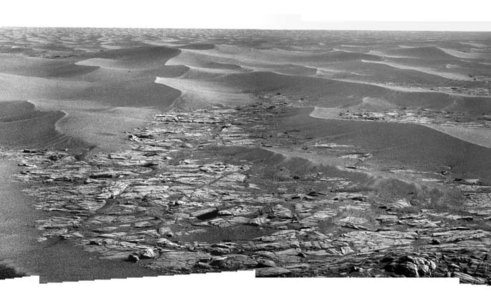 Vue mosaïque (quatre images) du paysage photographié par Opportunity au Sol 1783, au moment précis où MRO survolait le rover. Crédit Nasa – Montage Futura-Sciences