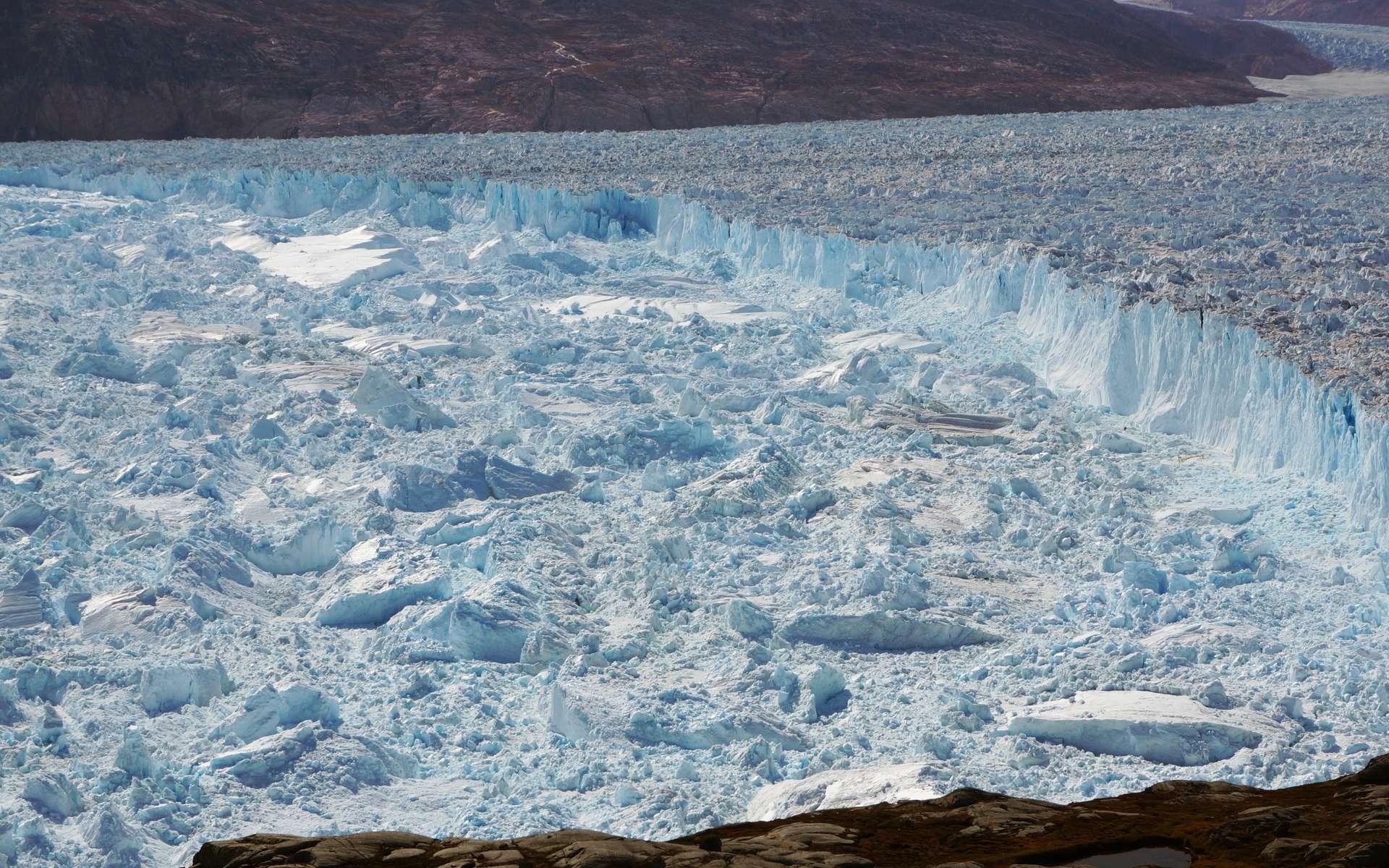 Ce qui se passe du côté du glacier d'Helheim, au Groenland, pourrait préfigurer ce qui attend l'Antarctique dans les années à venir si le réchauffement climatique anthropique n'est pas infléchi. Avec des glaciers beaucoup plus grands ! © Knut Christianson, Université du Massachusetts