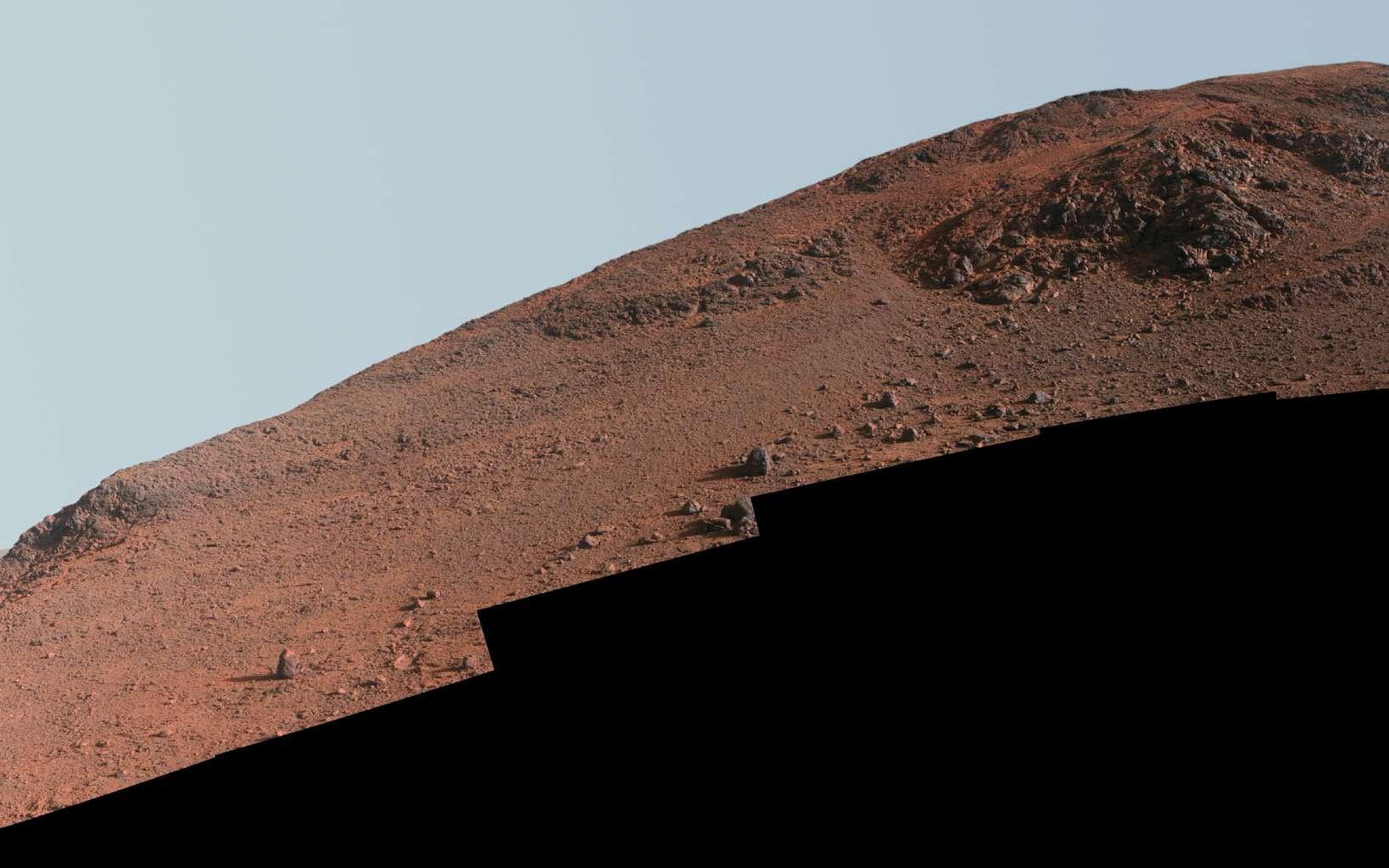 Assemblage d'images prises avec la Pancam d'Opportunity les 29 et 30 octobre 2015 (jours martiens 4.182 et 4.183 depuis le début de la mission). Depuis fin janvier 2016, le rover escalade cette pente, dans le but d'examiner les roches au sommet, une « zone rouge » qui a été baptisée Knudsen Ridge. Les images sont traitées de façon à mieux distinguer les matériaux. © Nasa, JPL-Caltech, Cornell Univervisity, Arizona State University