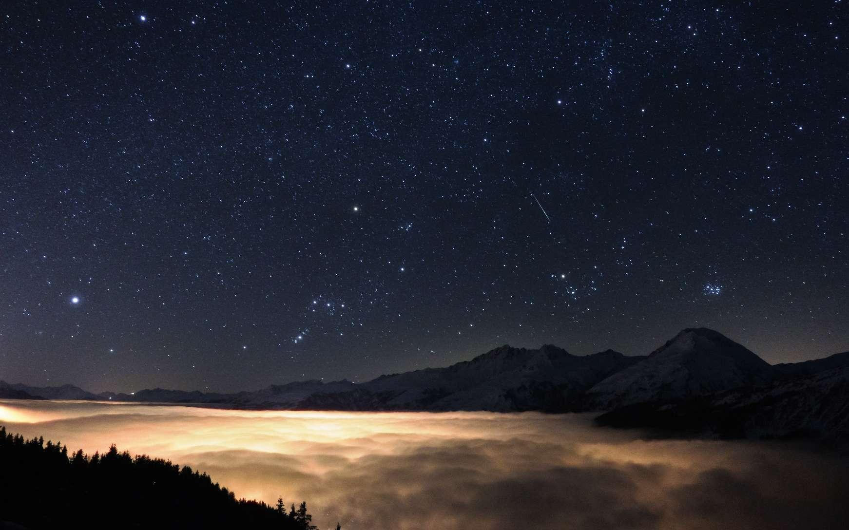 Les constellations emblématiques du ciel d'hiver au-dessus de l'horizon ouest et nord-ouest. Sirius, l'étoile la plus brillante du ciel, est visible à gauche. Bételgeuse, dans Orion (visible à droite de Sirius), est la neuvième étoile la plus brillante. Rigel, également dans Orion (ici sous l'horizon) est la sixième étoile la plus brillante du ciel terrestre. © Sebastian Voltmer, Fotolia
