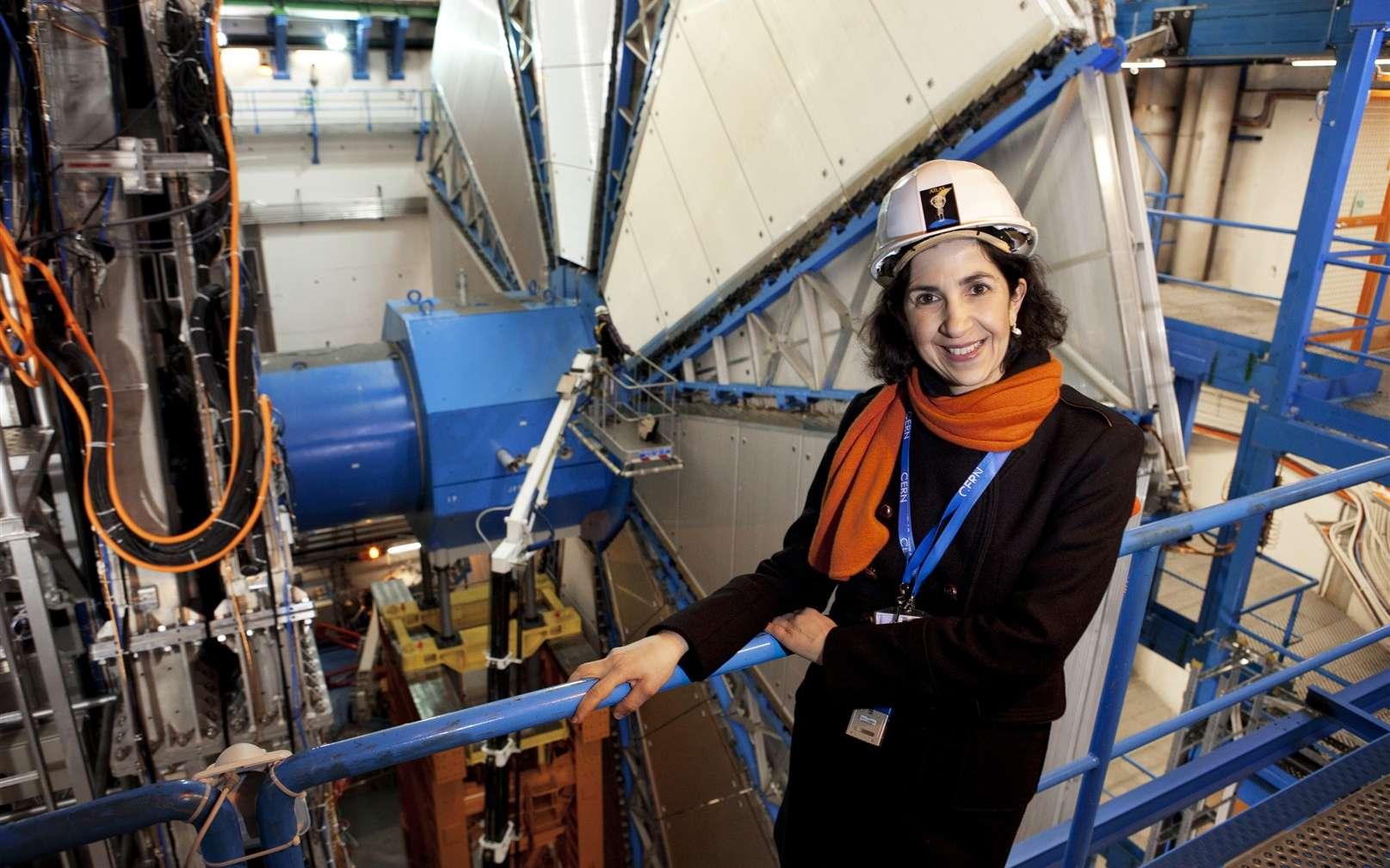 Fabiola Gianotti a commencé sa carrière de physicienne à la fin des années 1980 en travaillant sur les données de l'expérience UA2, l'un de celles qui a permis aux chercheurs du Cern de découvrir en 1983 les bosons W et Z dont les masses requièrent l'existence du boson de Brout-Englert-Higgs. On la voit ici devant le détecteur Atlas qui lui a permis, avec ses collègues, de découvrir cette mythique particule. © Claudia Marcelloni, Cern