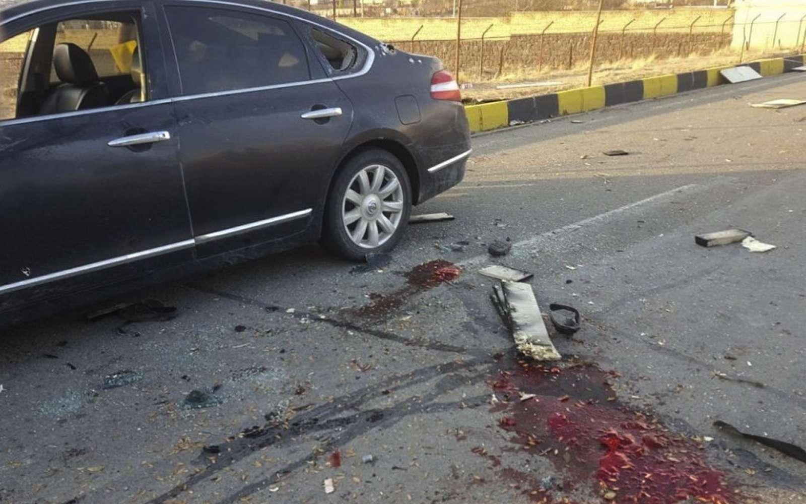 L'arme assistée par l'IA était contrôlée à distance par des opérateurs israéliens via une connexion par satellite. Avec l'aide de l'IA, le tir a été suffisamment précis pour épargner l'épouse du scientifique et causer peu de dégâts au véhicule. © Fars News Agency, Creative Commons