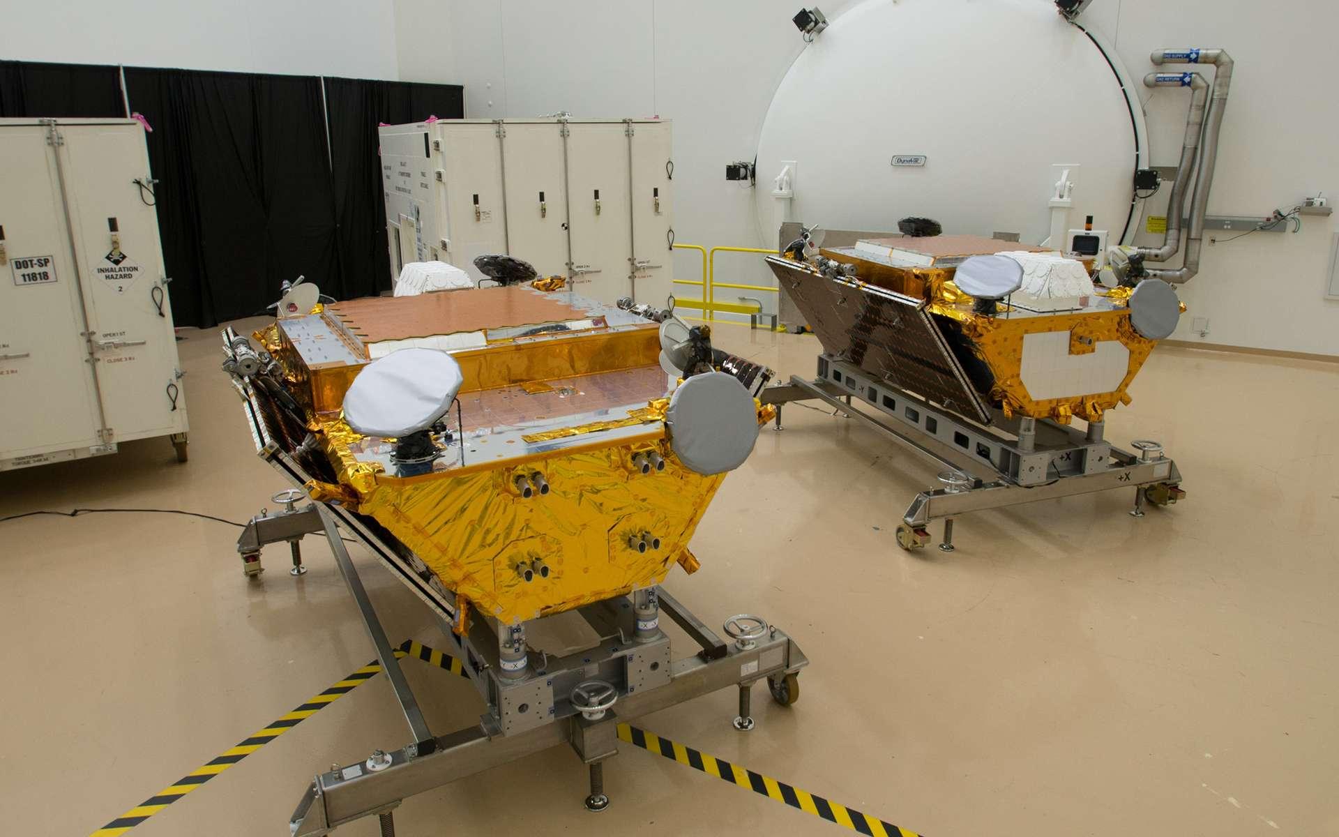 Dans l'usine de Northrop Grumman, deux satellites de la constellation Iridium Next avec, en arrière-plan, les conteneurs dans lesquels ils seront amenés à la base de lancement de Vandenberg, en Californie (États-Unis). © Rémy Decourt