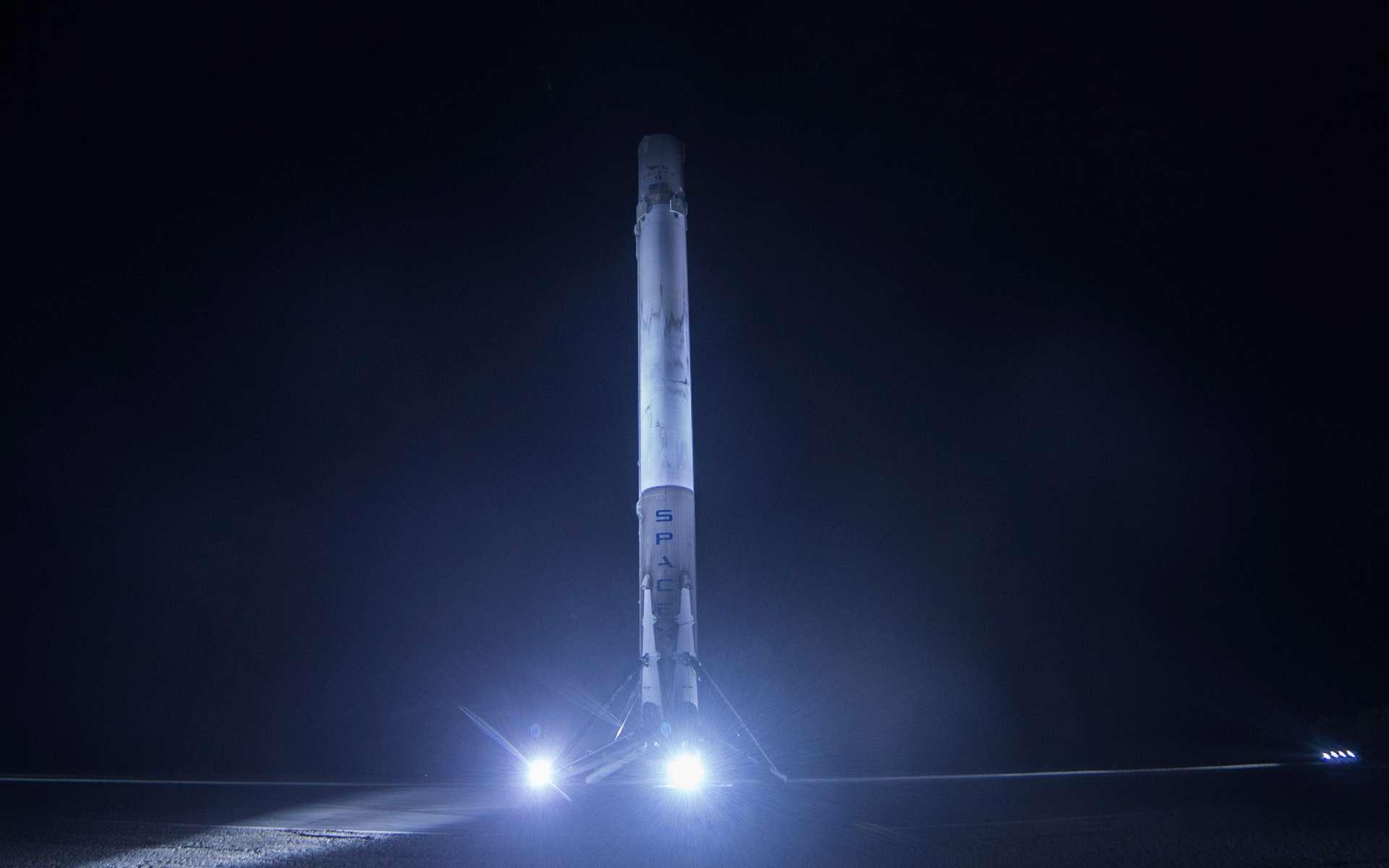 Cet étage principal du lanceur Falcon 9 posé au sol est le cinquième que SpaceX a réussi à récupérer après son utilisation lors d'un lancement. Il a été utilisé le 16 juillet lors du lancement de la capsule Dragon à destination de la Station spatiale internationale. © SpaceX