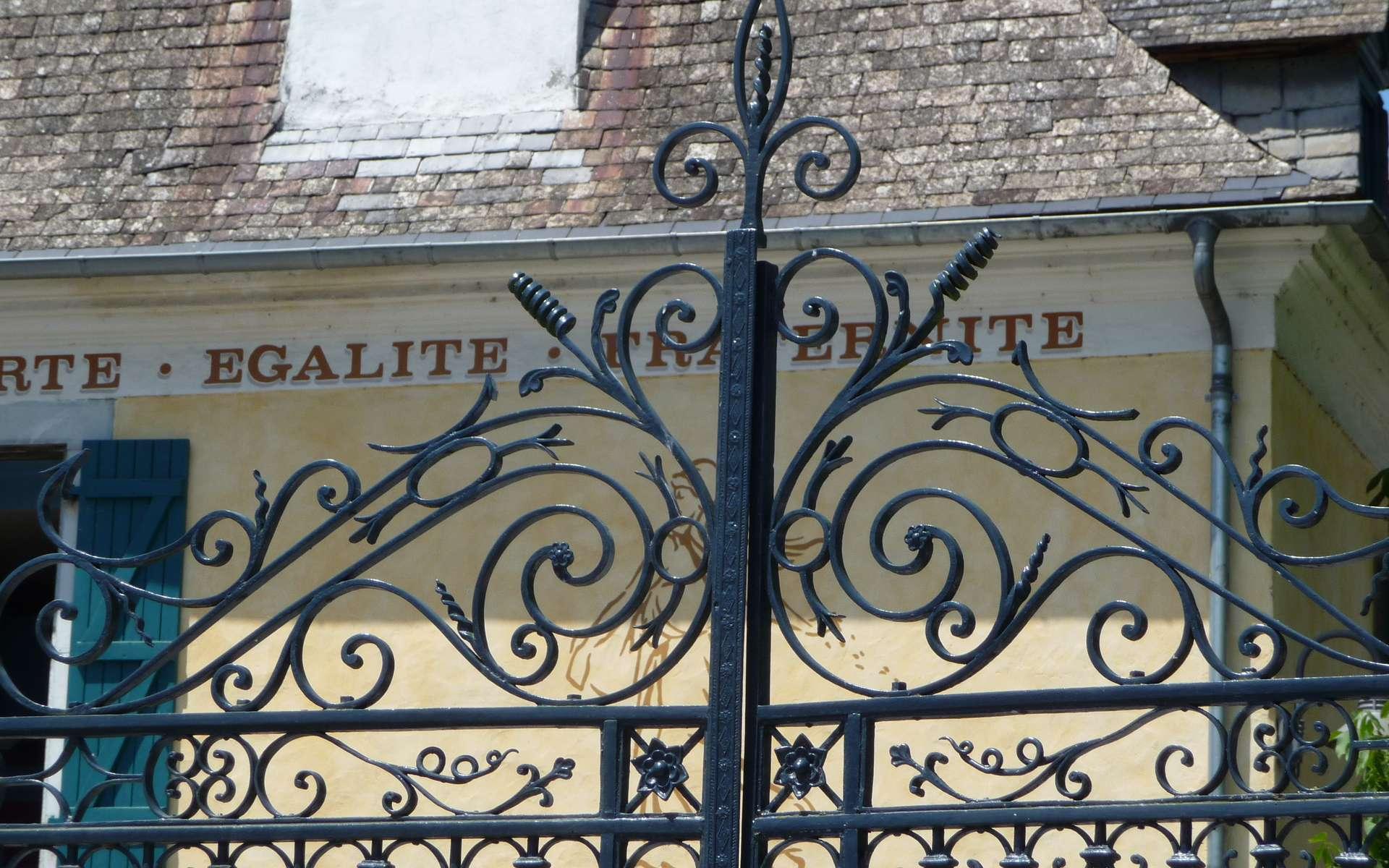 On peut poser un portail en fer forgé aussi bien sur des piliers en fer qu'en béton. © Jean-Claude Cousion, Wikipédia, CC-BY-SA-3.0-2.5-2.0-1.0