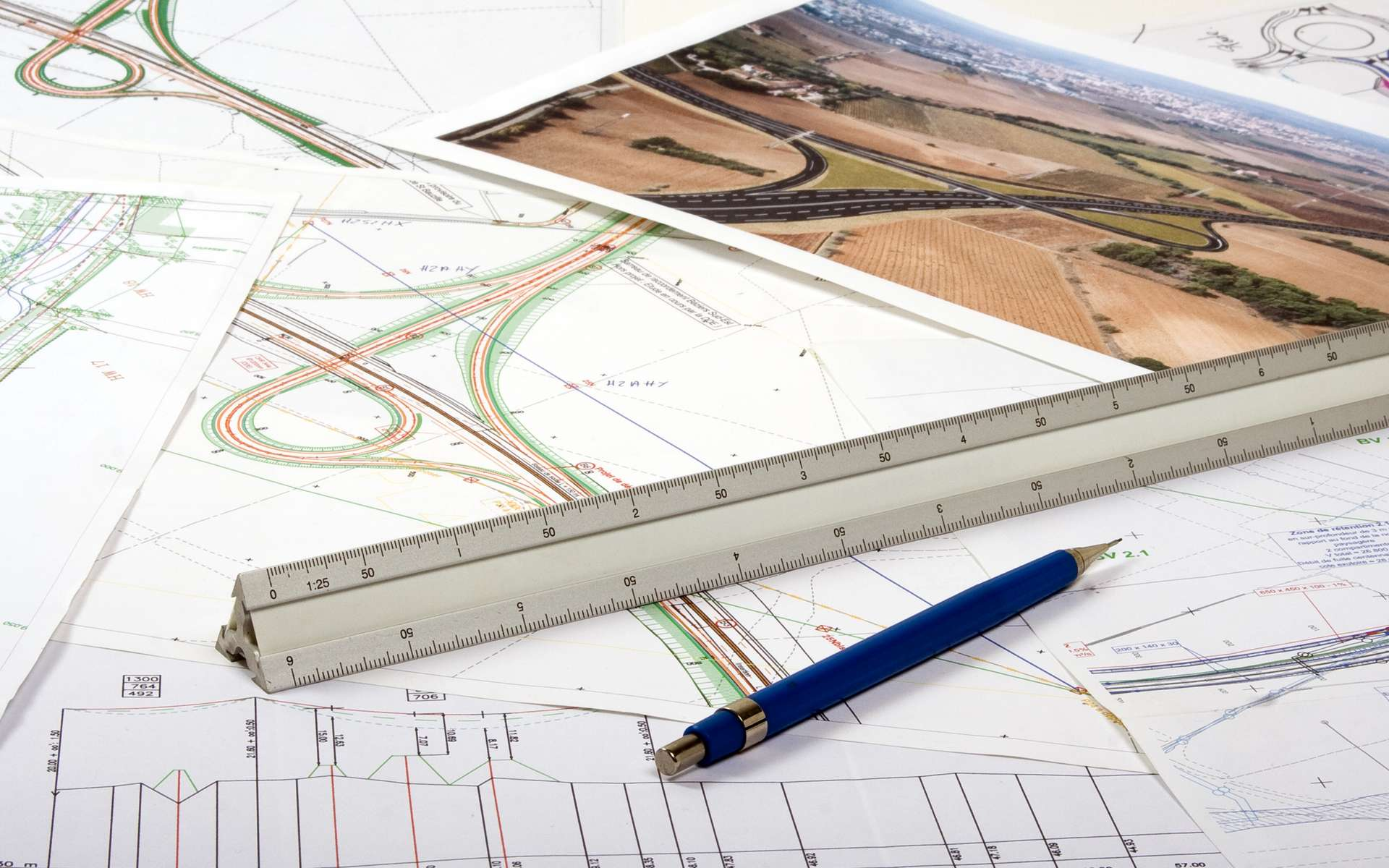 Grâce au recueil et à l'exploitation de données géographiques, le géomaticien influence l'aménagement du territoire en définissant les zones les plus adaptées à la construction de nouvelles infrastructures routières par exemple. © Olivier-Tuffé, Adobe Stock.