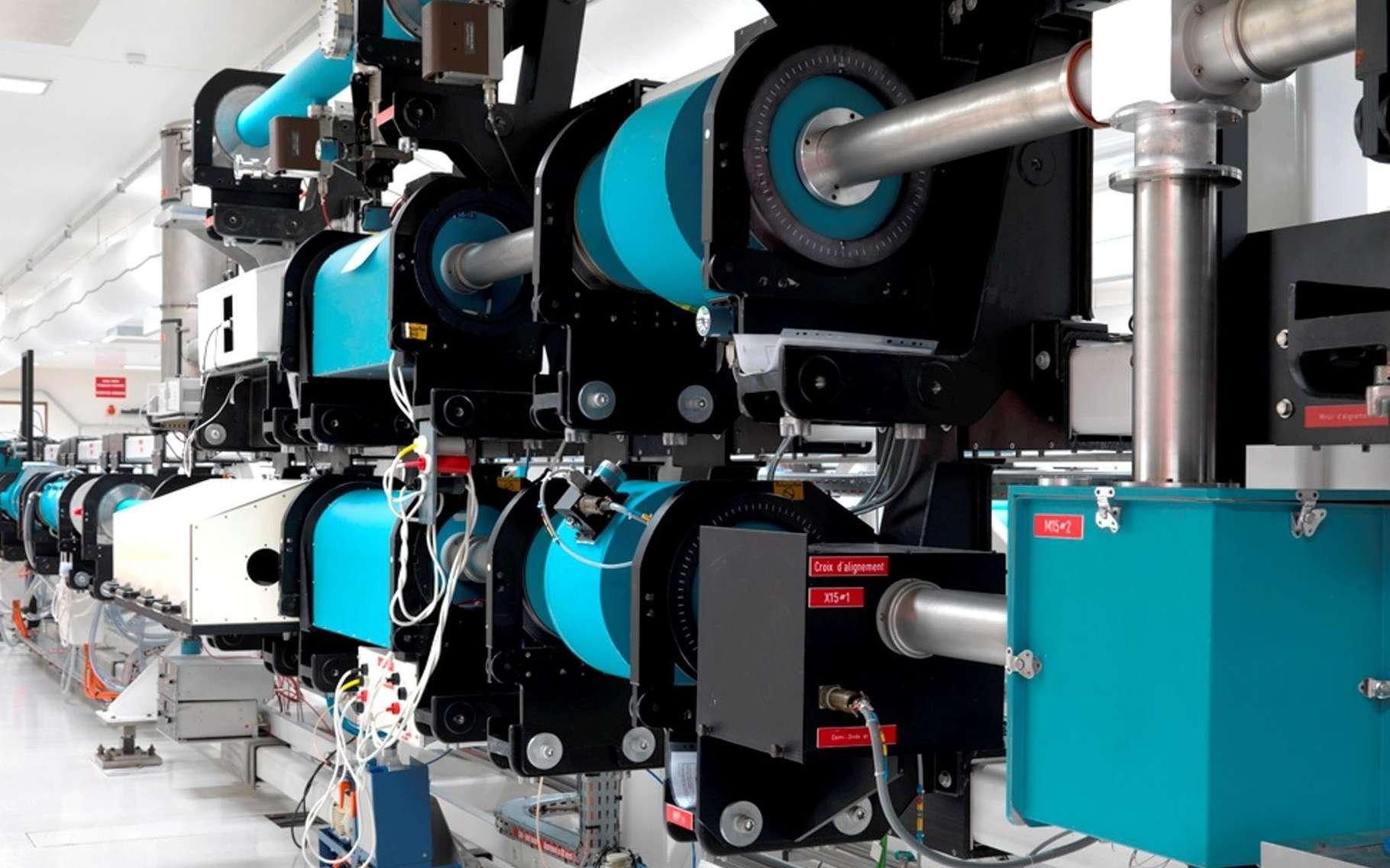 Une partie de l'équipement du laser de puissance au Luli, le Laboratoire pour l'Utilisation des Lasers Intenses, une unité mixte de recherche (CNRS, École Polytechnique, CEA, université Pierre et Marie Curie). Cet instrument sert à étudier la physique des plasmas chauds, depuis les atomes jusqu'aux étoiles en passant par les planètes. © Luli