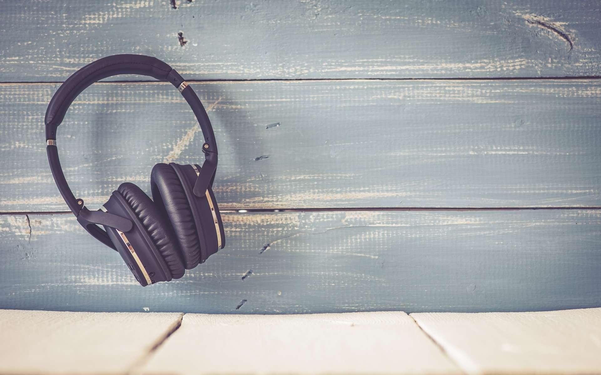 De plus en plus popularisés et commercialisés, les casques Bluetooth s'affranchissent des câbles pour offrir une autonomie totale dès la prise en main. © Ramona Heim, Adobe Stock