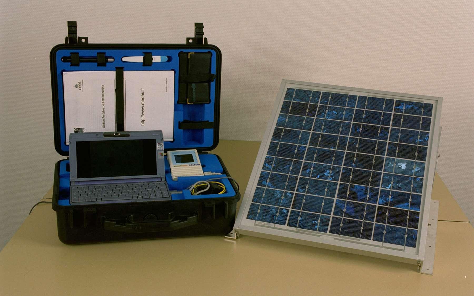 Cette valise de télémédecine ou station de téléassistance médicale permet le recueil et la transmission d'informations via satellite vers un centre d'expertise médicale. © Cnes/Anne-Laure Huet