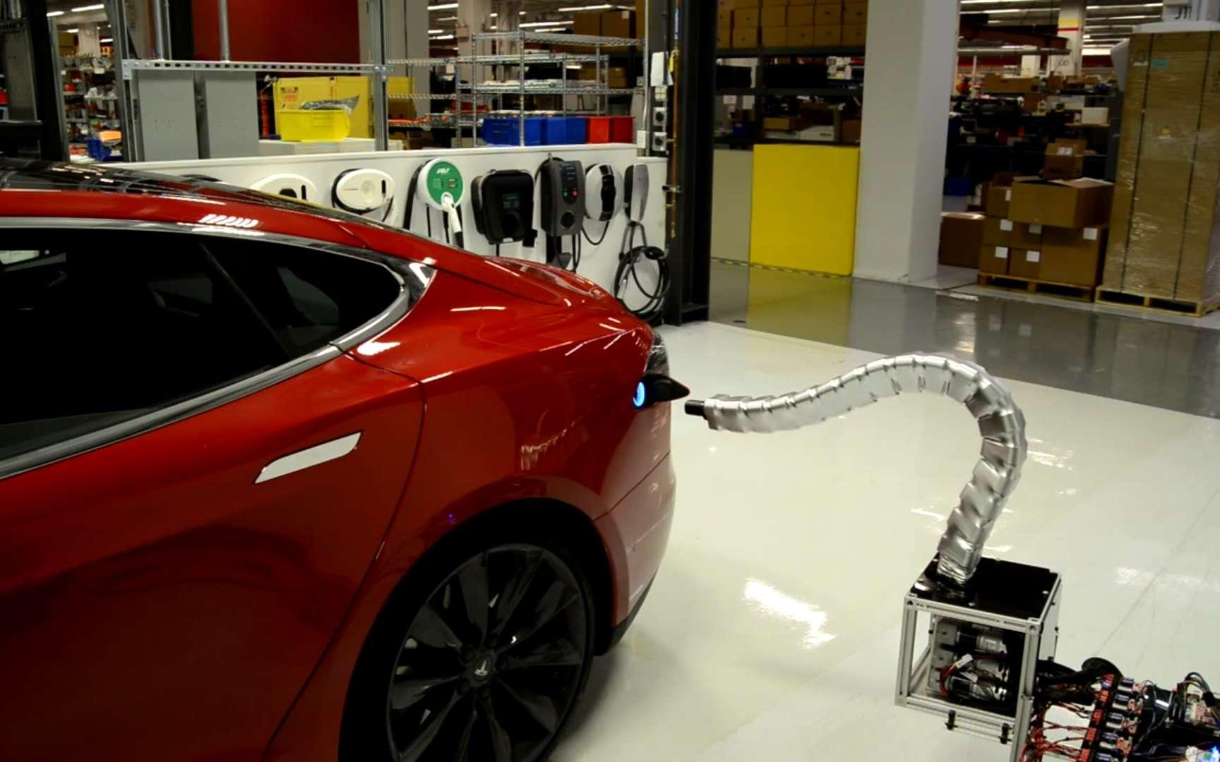 Tesla Motors a montré dans une vidéo un système robotisé de recharge adapté à ses propres voitures électriques. © Tesla Motors