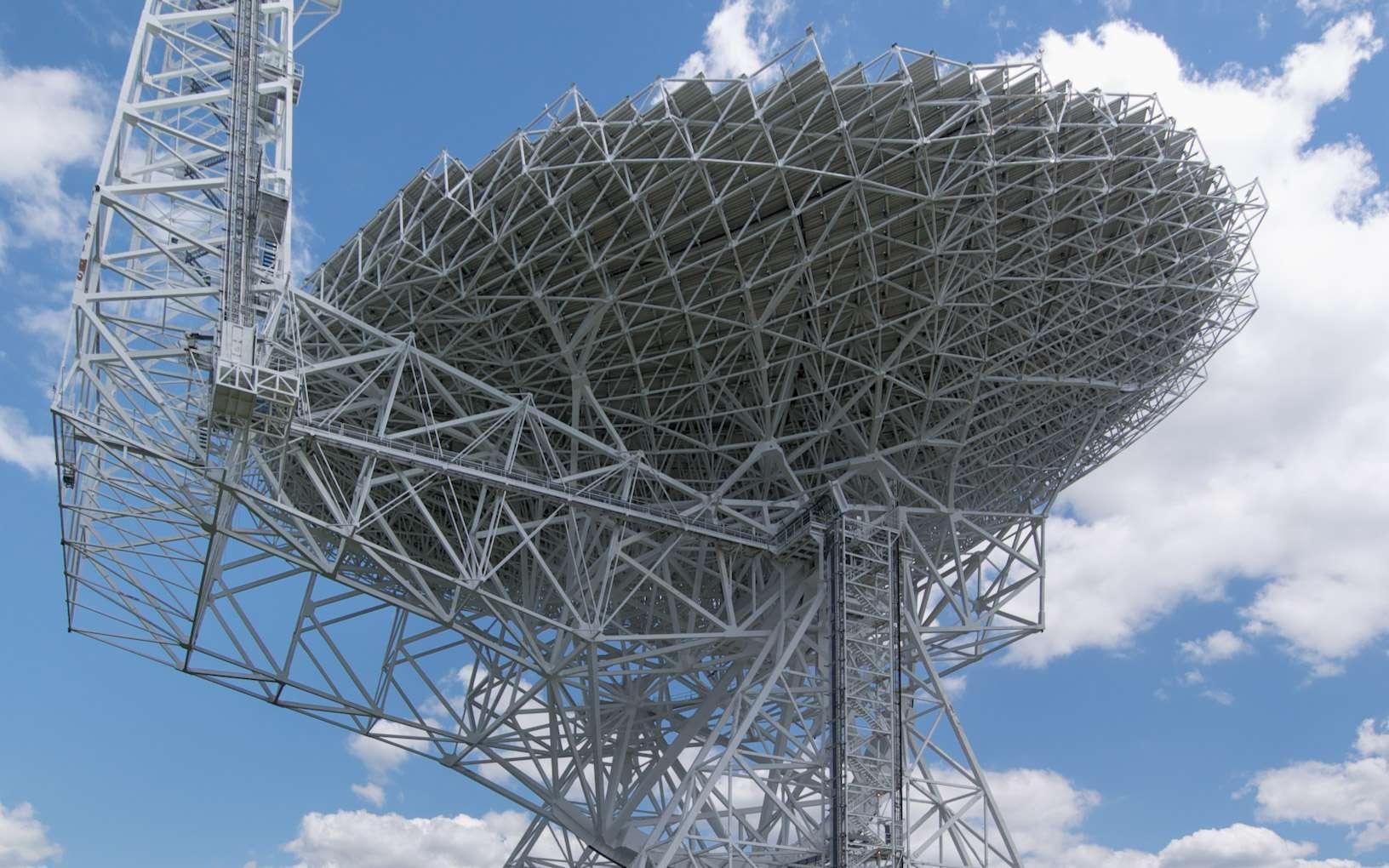 Le télescope de Green Bank (GBT) est le plus grand radiotélescope orientable du monde. Ses équipements font partie du réseau du National Radio Astronomy Observatory (NRAO) et se situent à Green Bank en Virginie-Occidentale, aux États-Unis. C'est cependant un radiotélescope voisin plus petit qui vient d'être modernisé pour faire des observations par synthèse d'ouverture aux côtés de RadioAstron, le Hubble russe pour la radioastronomie. © Green Bank, NRAO