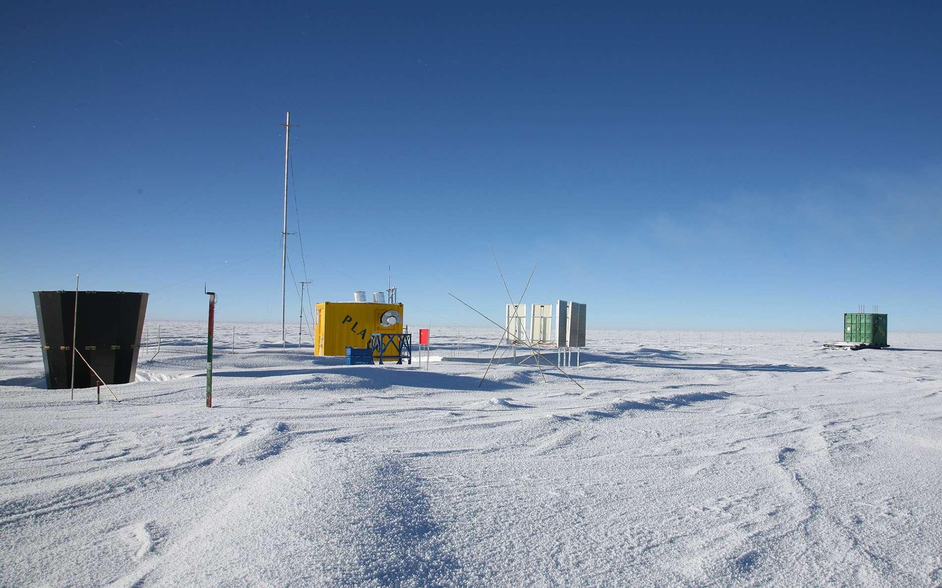 Plusieurs instruments ont été installés sur le Dôme A afin de s'assurer des propriétés astronomiques en ligne avec les exigences des astronomes pour l'observation du ciel dans le domaine des térahertz. © Xue-Fei Gong, Purple Mountain Observatory