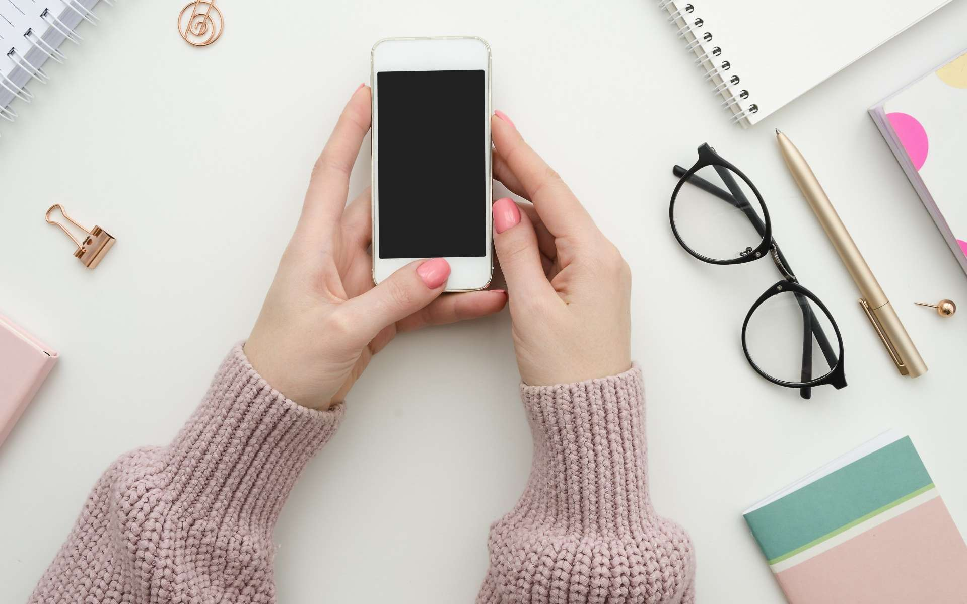 Selon des scientifiques japonais, l'utilisation d'un carnet et d'un stylo pour prendre des notes stimule le cerveau plus qu'un clavier et un écran. © woodpencil, Adobe Stock