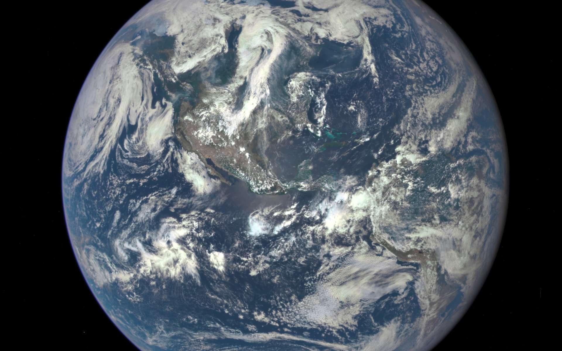 La Terre photographiée le 6 juillet 2015 par l'instrument Epic du satellite DSCOVR (Deep Space Climate Observatory) à une distance de 1,5 million de kilomètres. © Nasa, NOAA