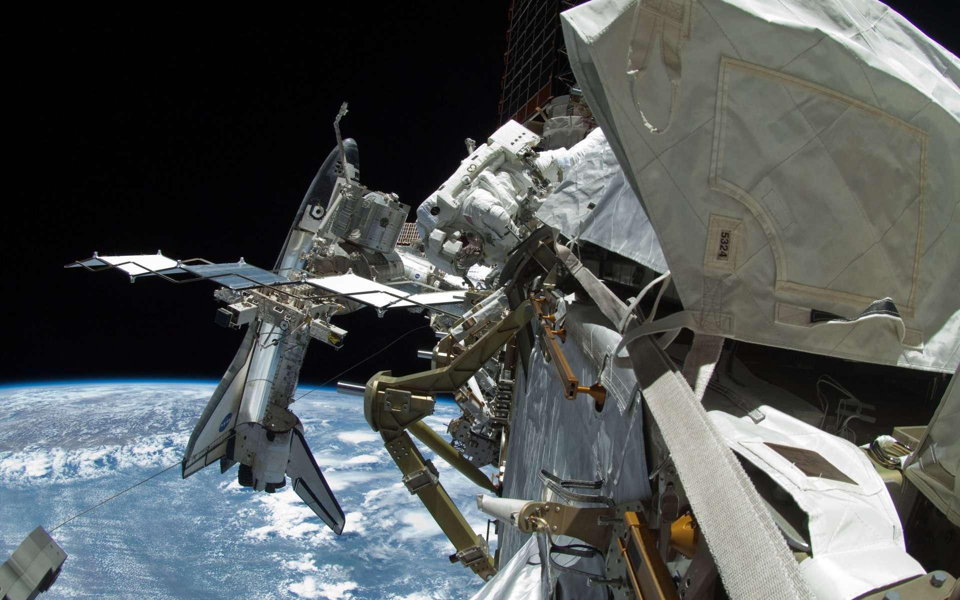 En attendant la fameuse photo historique, on peut d'ores et déjà se faire une petite idée de l'échelle de l'ISS par rapport à la navette avec ce cliché réalisé lors de la dernière sortie extravéhiculaire avec un objectif fish-eye. © Nasa