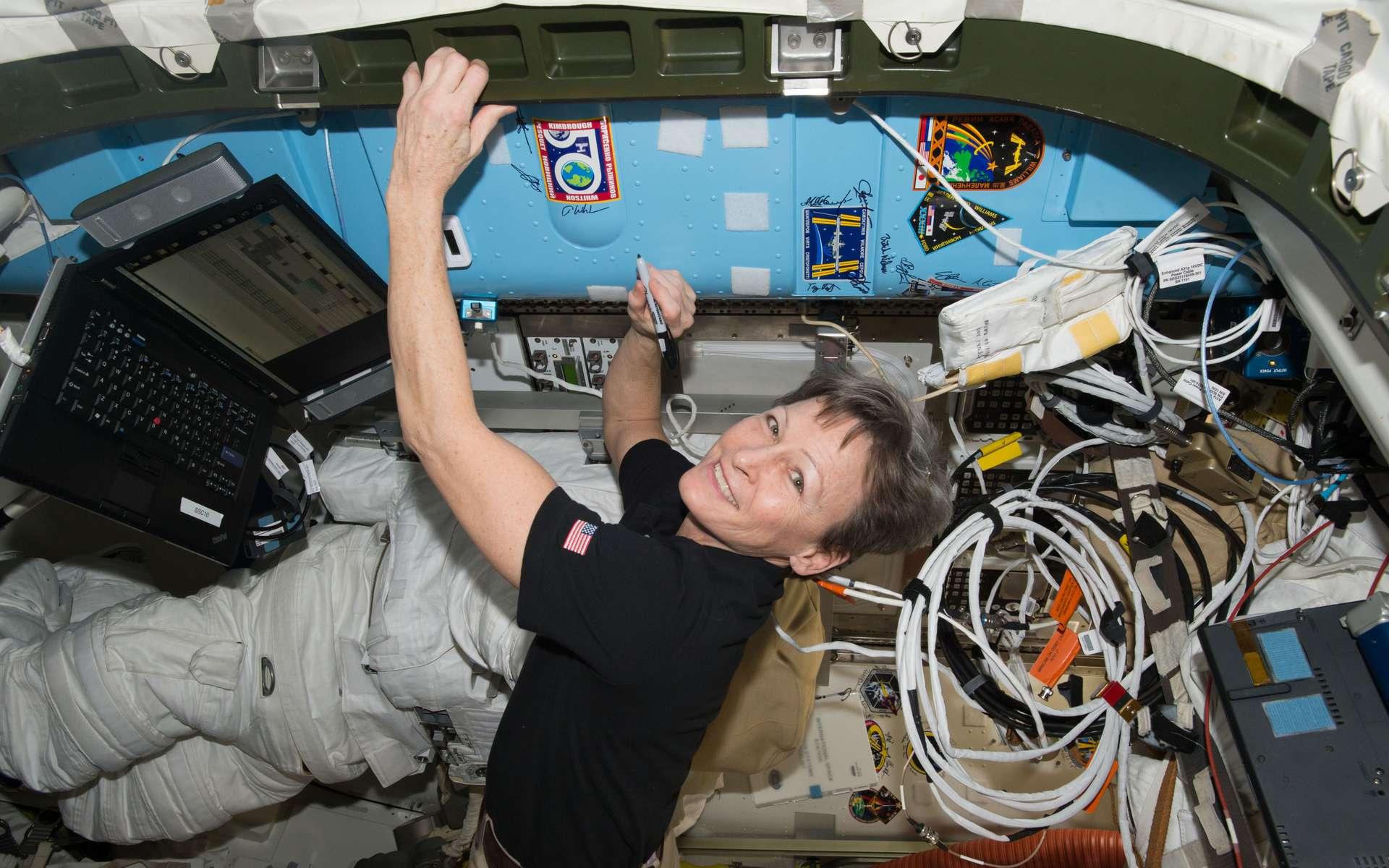 Peggy Whitson, qui a battu le record féminin du plus long séjour dans l'espace, est ici photographiée à bord de la Station spatiale, durant sa troisième mission commencée en novembre 2016. © Nasa
