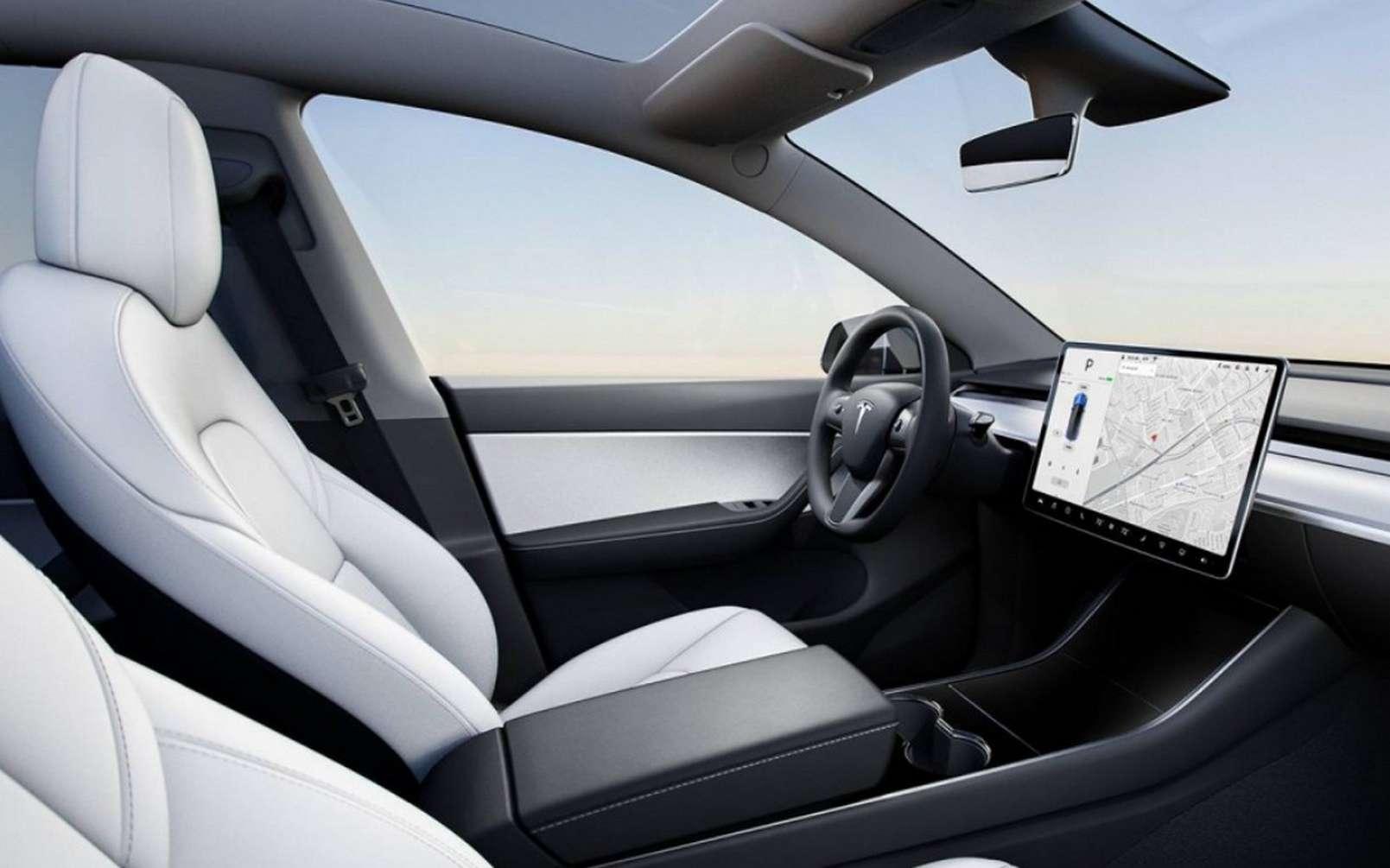 Les Tesla Model 3 et Model Y sont équipées d'une caméra intégrée au rétroviseur intérieur. Elle était initialement destinée à la future flotte de taxis autonomes évoquée par Elon Musk en 2016. © Tesla