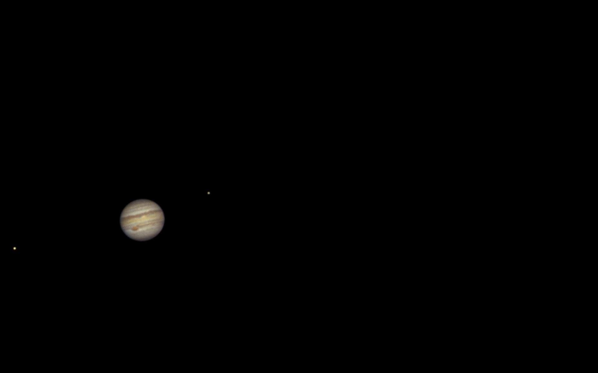Jupiter et ses quatre plus grandes lunes. La plus éloignée, à droite, est Callisto. Vous pouvez voir les satellites galiléens avec une pare de jumelles. Avec une lunette ou un télescope, sans grossissement important, vous pouvez admirer les bandes équatoriales de la géante gazeuse et aussi sa Grande tache rouge. © David Hajnal, Adobe Stock