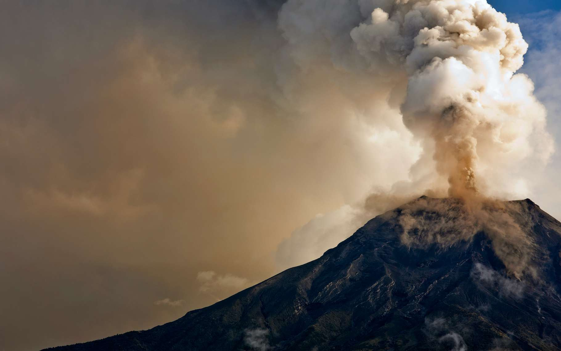 Les chercheurs pensaient que la quasi-totalité du carbone englouti par la Terre revenait dans l'atmosphère sous forme d'un dioxyde de carbone (CO2) expulsé par les volcans. Une nouvelle étude conclut que ce n'est pas le cas. © Eva Kali, Adobe Stock
