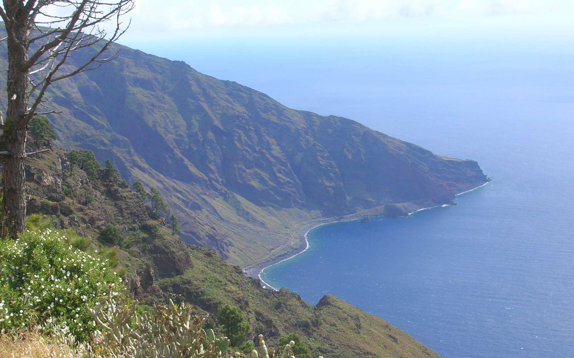 L'île El Hierro fait partie des îles Canaries. D'une superficie de 237 km2, l'île est, depuis 2000, classée comme réserve de biosphère par l'Unesco. El Hierro, aussi appelée île de Fer en français, abrite 11.000 habitants et est devenue entièrement autosuffisante en énergie. Elle est la première île au monde sur laquelle est construite une centrale hydro-éolienne. © Barraquito, cc by sa 2.0