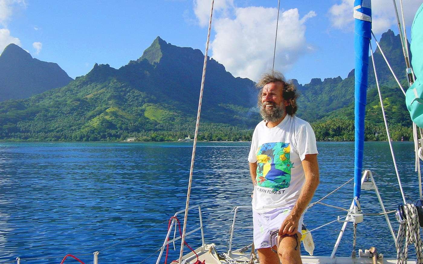 Antoine à bord du Banana Split, au large de Moorea. © Antoine