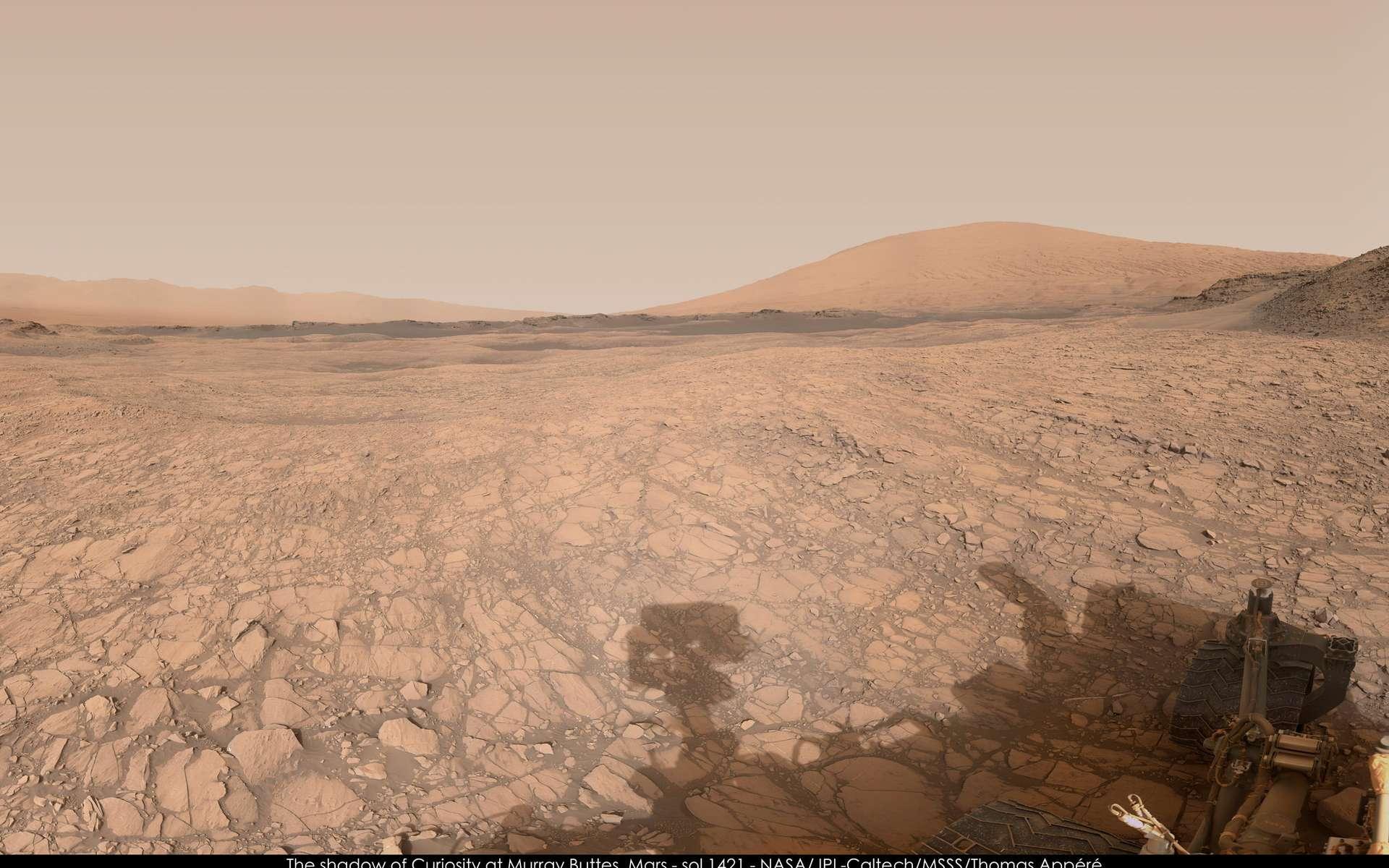 À droite, le mont Sharp. Curiosity, dont on peut voir l'ombre projetée au sol, était à Murray Buttes ce jour-là (Sol 1.421). © Nasa, JPL-Caltech, MSSS, Thomas Appéré