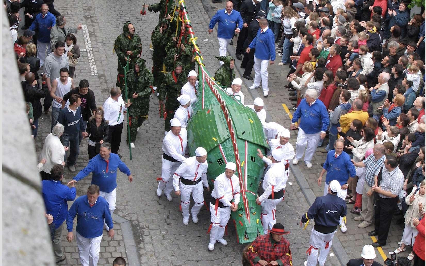 Le Doudou, représentation folklorique du dragon de saint Georges dans la ville de Mons, en Belgique. © Wikimedia Commons, Domaine public.