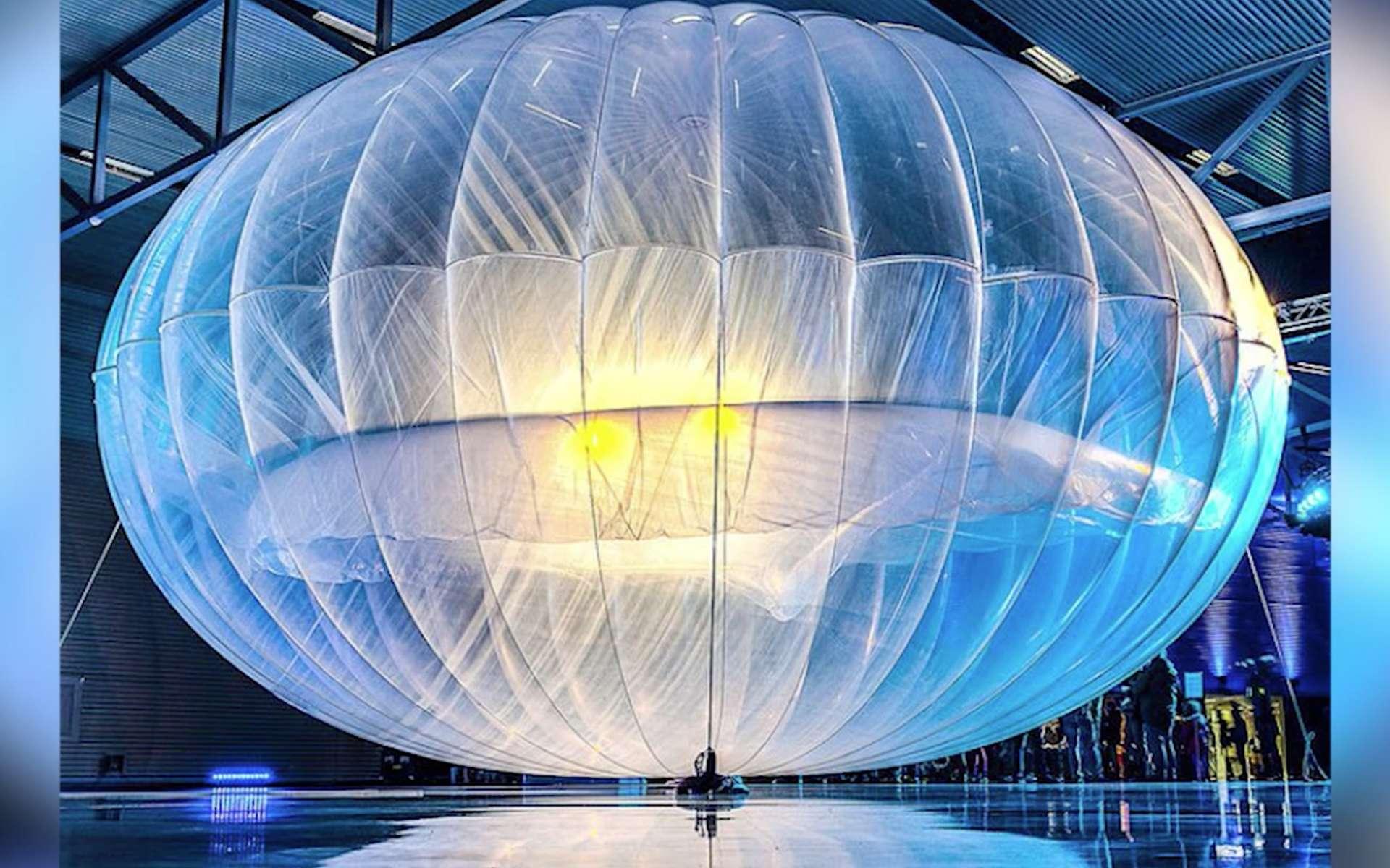 Les ballons stratosphériques du projet Loon de Google sont désormais en mesure de rester en l'air pendant six mois. Leur technologie de transmission bidirectionnelle a été améliorée pour supporter les réseaux cellulaires 4G existants. Ainsi, un seul ballon peut capter le signal d'une antenne relais puis le répercuter aux smartphones compatibles dans un rayon de 80 km. © Google Loon