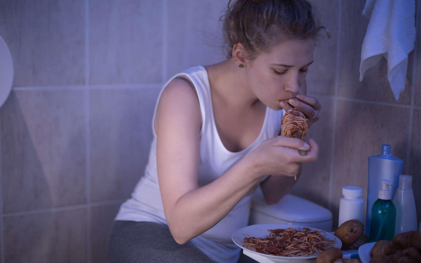 Pendant ses crises de boulimie, l'individu ne peut s'empêcher de manger et cherche à se remplir, plus que d'avoir du plaisir à manger. © Photographee.eu, Shutterstock