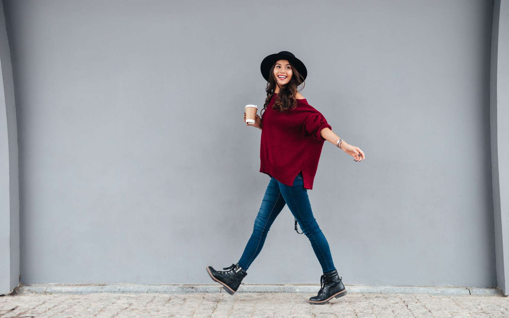 Café perdu, café foutu ! Pour ne pas renverser son café sans ralentir, il y a quelques conseils à suivre ! © Drobot Dean, Fotolia