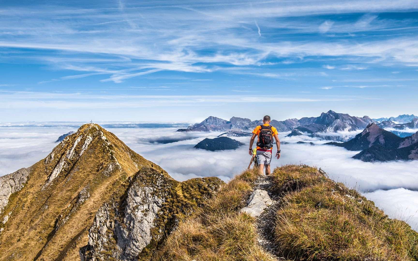 Sur le chemin du Roc d'Enfer, le Massif du Chablais. Attention, ici arêtes aiguisées. Ascension réservée aux pieds expérimentés car le terrain est souvent à pic et les crêtes effilées sont « aériennes ». Le faux pas n'est pas permis. Au bout du chemin, au loin, la croix matérialisant le sommet (à gauche sur la photo). Le Roc d'enfer, culmine à 2.244 m en Haute-Savoie. Il s'étend entre la Suisse et la France et est l'un des plus hauts sommets du Chablais, deuxième massif plus étendu des Préalpes du Nord. © Pierre Thiaville, tous droits réservés