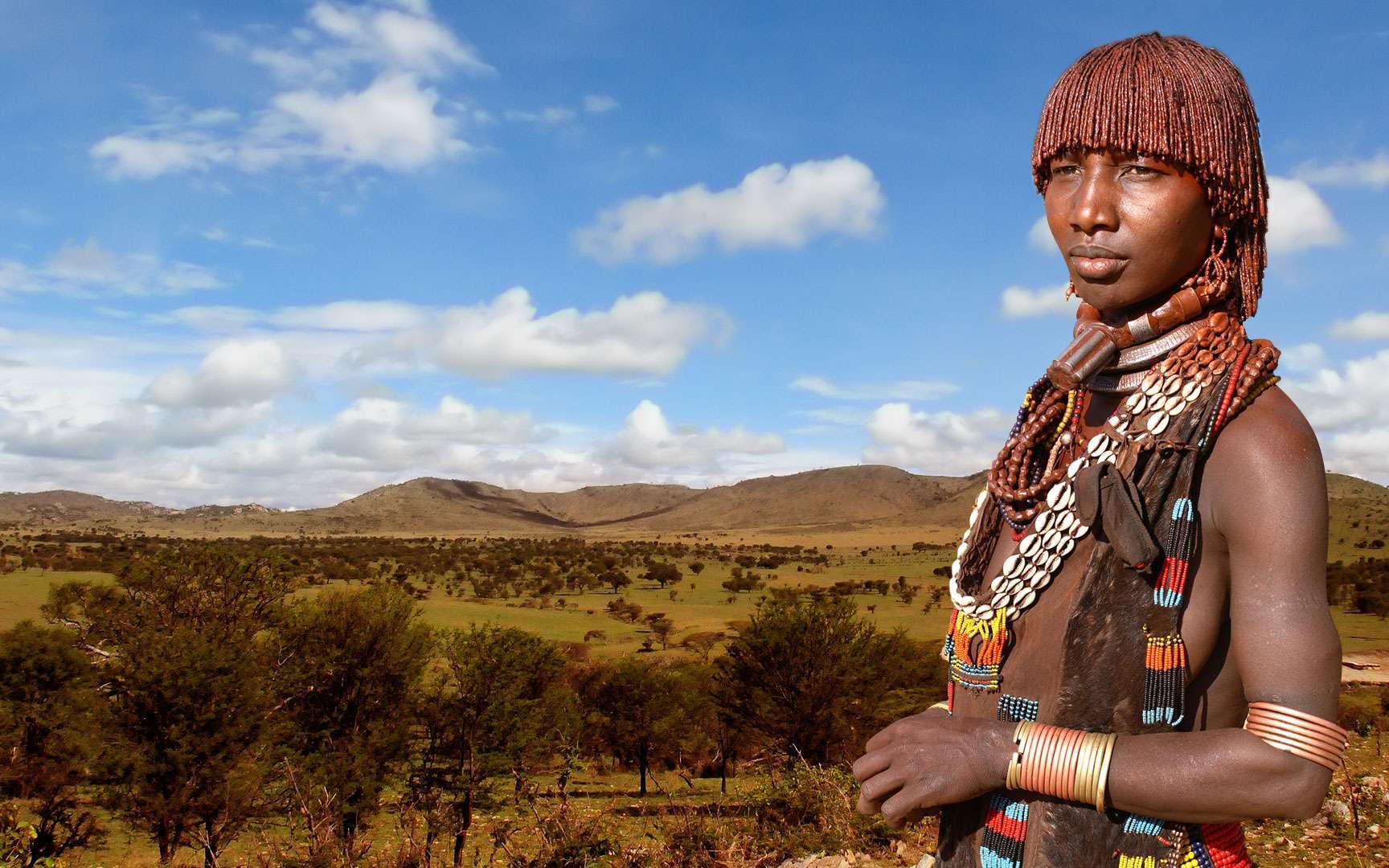 Les Hamers, un peuple d'Éthiopie dont la culture tend à disparaître. Les Hamers forment un peuple d'Éthiopie semi-nomade qui suit un itinéraire tracé par leurs ancêtres. Ils ont un sens prononcé pour l'esthétique et s'accordent beaucoup de temps pour s'embellir. Les femmes sont connues pour leur coupe de cheveux particulière : elles coiffent leurs cheveux en fines dreadlocks qu'elles enduisent d'un mélange de beurre et d'ocre rouge. Les Hamers sont très touchés par l'occidentalisation et leur culture disparaît peu à peu. Localisation : Éthiopie. © Dietmar Temps, Flickr, CC by-nc-sa 2.0