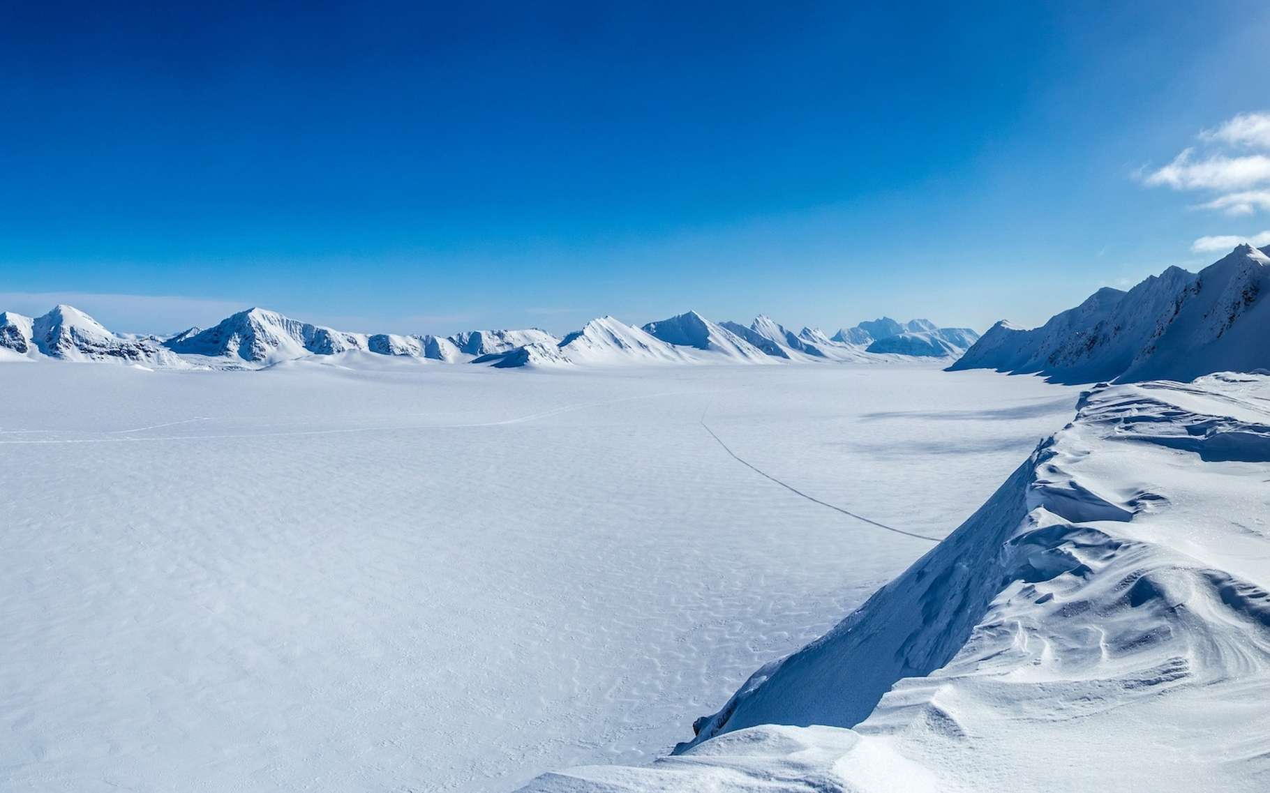 Des physiciens de l'université de l'État de l'Ohio (États-Unis) envisagent d'envoyer des ondes radio sur la glace de l'Antarctique pour détecter ensuite l'écho résultant du passage de neutrinos. © KrisGrabiec, Adobe Stock