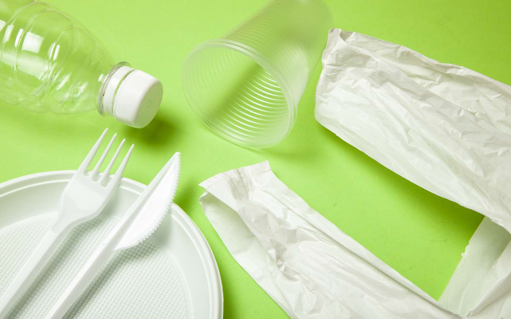 Gobelets, bouteilles, pailles, films étirables… Comment remplacer le plastique ? © adragan, Fotolia
