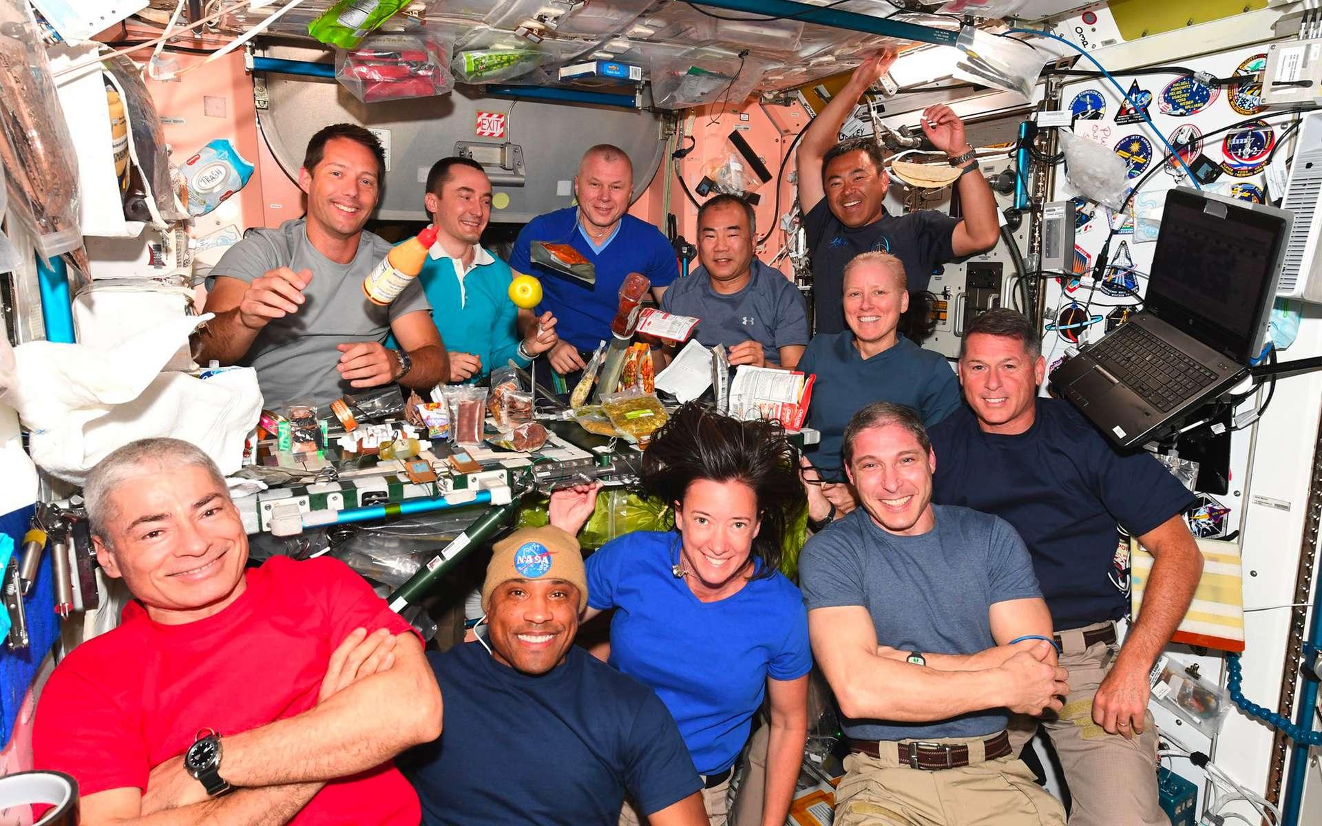 Repas festif pour saluer le départ de l'équipage Crew 1, remplacé par l'équipage Crew 2 (Thomas. Pesquet, en haut à gauche sur la photo). © Jaxa, Nasa, S. Noguchi