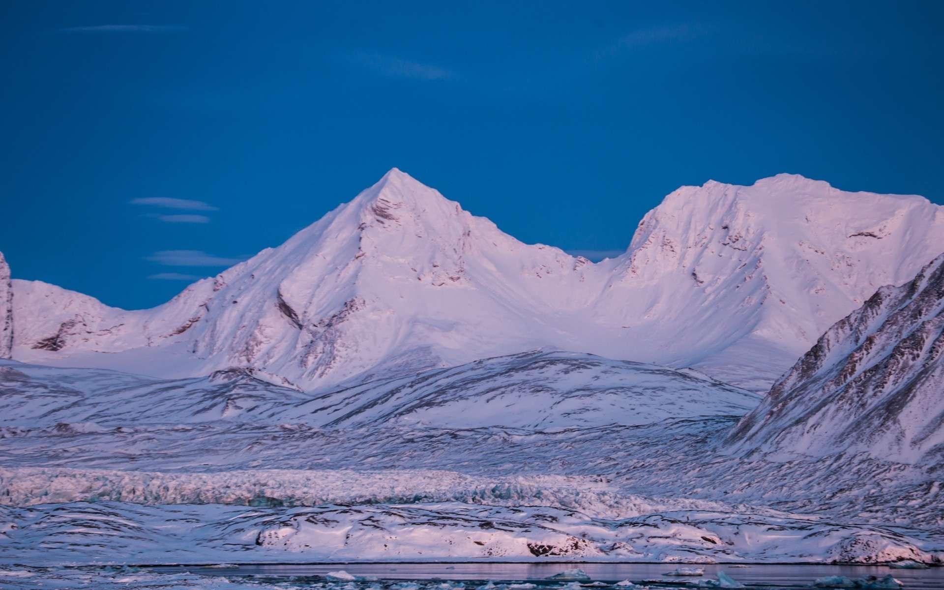 Les montagnes du Svalbard, sur l'île norvégienne du Spitzberg, abritent déjà la plus grande réserve de semences du monde. © Blackspeed, Adobe Stock
