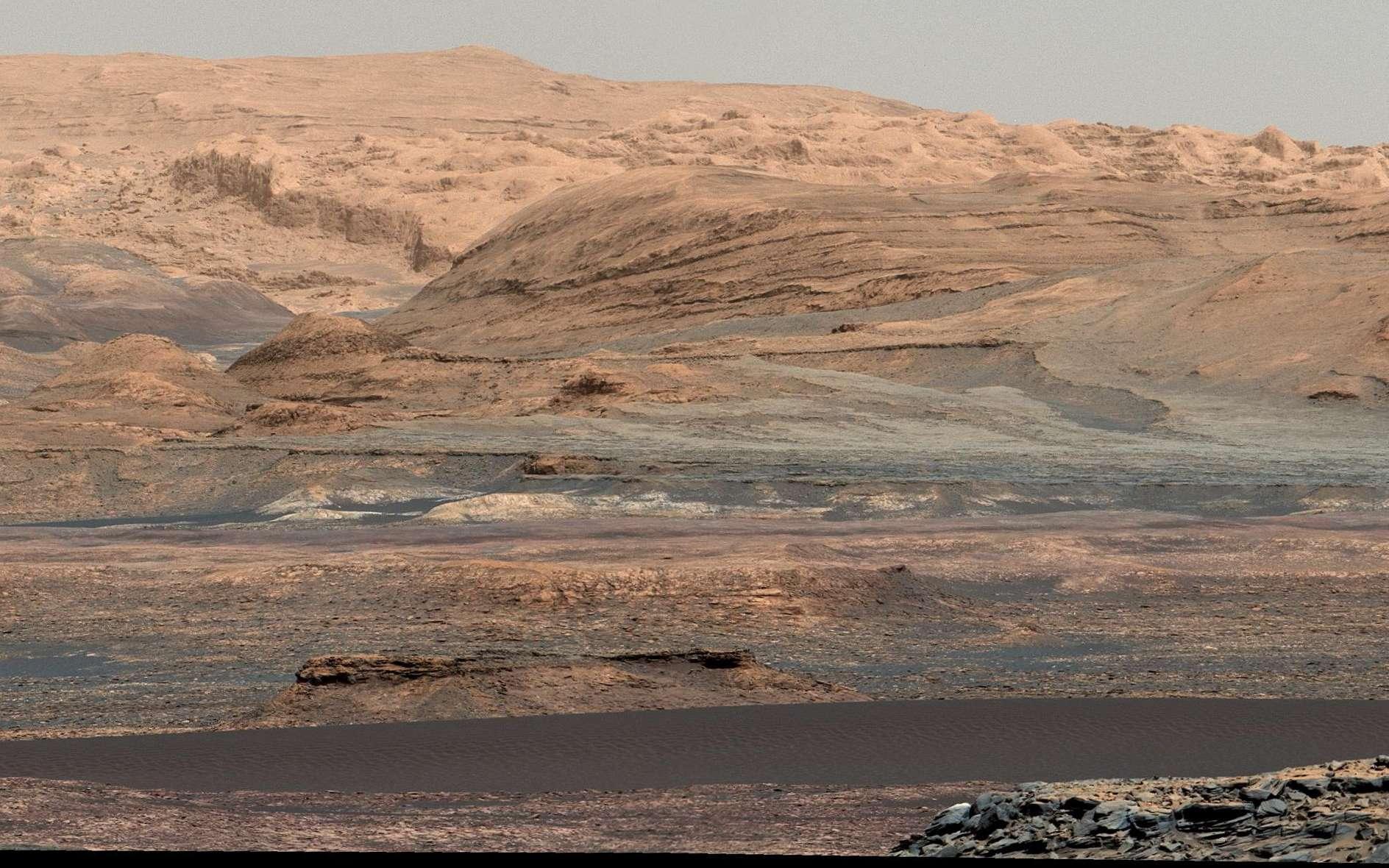 Paysage photographié par Curiosity (image mosaïque) le 25 septembre 2015 lors du Sol 1.115. La bande sombre visible dans la partie basse de l'image est une partie des dunes de Bagnold qui s'étendent le long du flanc nord-ouest du mont Sharp. Le 15 novembre, le rover n'était plus qu'à quelques dizaines de mètres de la dune n°1 qui sera la première examinée en détail sur un autre monde que la Terre. © Nasa, JPL-Caltech, University of Arizona