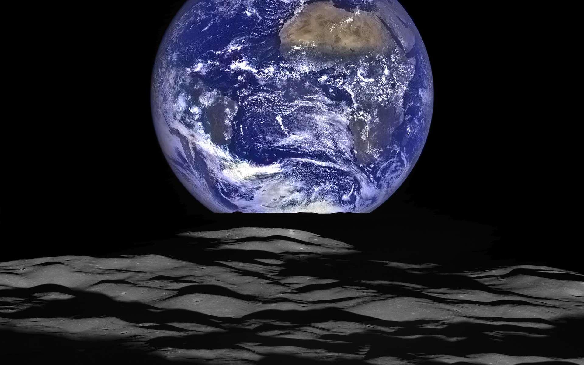 Lever de Terre au-dessus du cratère Compton (162 km de diamètre), proche du limbe est de la Lune. Image composite prise le 12 octobre 2015 et créée à partir de séries réalisées en noir et blanc en très haute résolution avec NAC (Narrow Angle Camera) et en couleurs avec WAC (Wide Angle Camera) de la sonde LRO. © Nasa, Goddard, Arizona State University