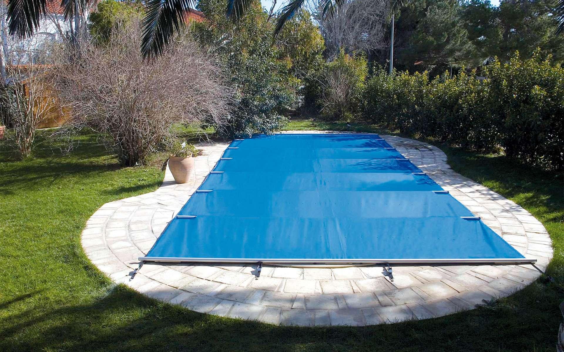 Bâche à bulles, couverture d'hivernage, bâche filet… Comment bien protéger sa piscine ? © Aquapolis