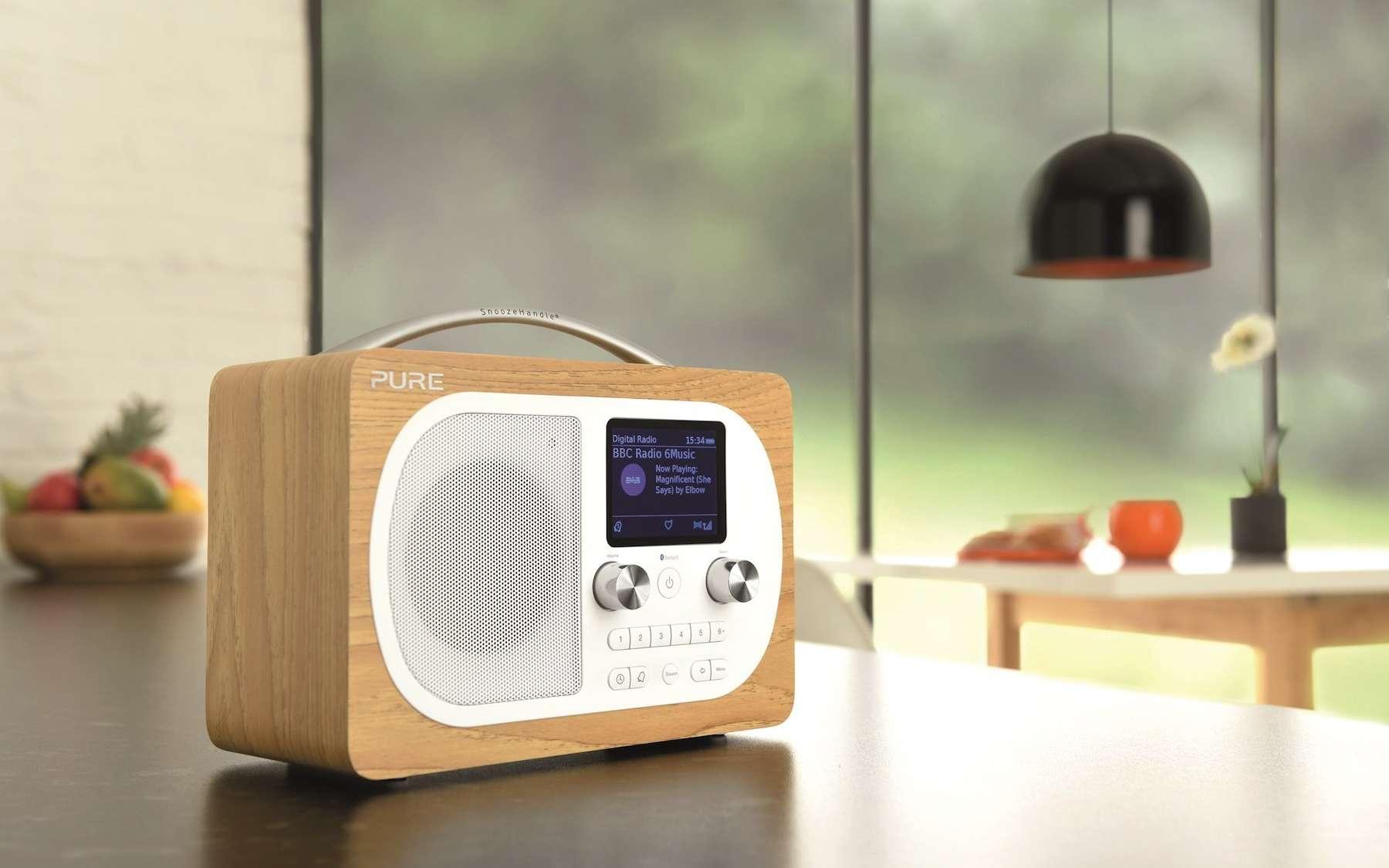 La radio numérique DAB+ offre un plus grand choix de stations que la FM. © Pure