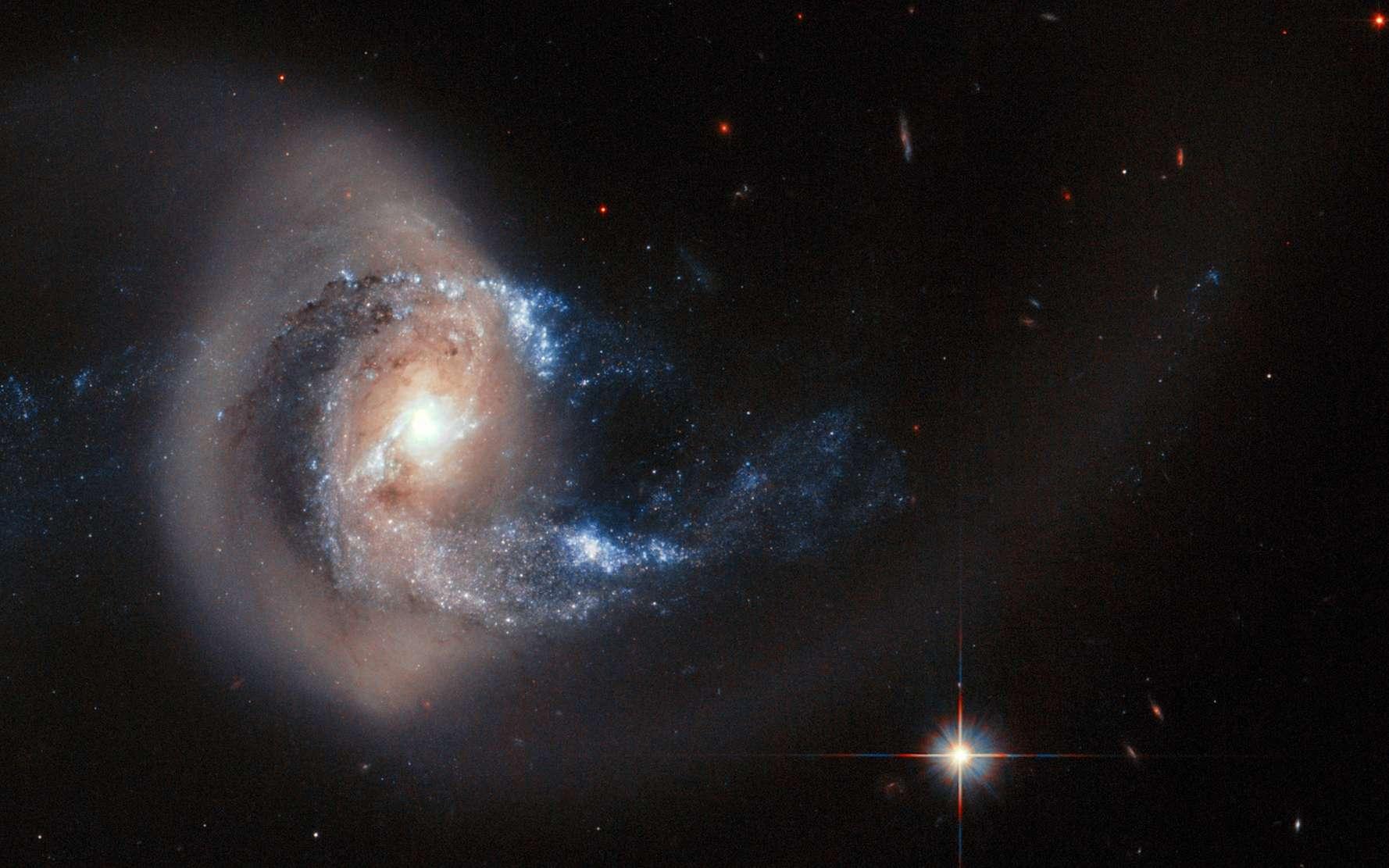 À 100 millions d'années-lumière, NGC 7714 est une galaxie spirale encore sous le choc d'une collision avec une galaxie plus petite. © ESA, Nasa
