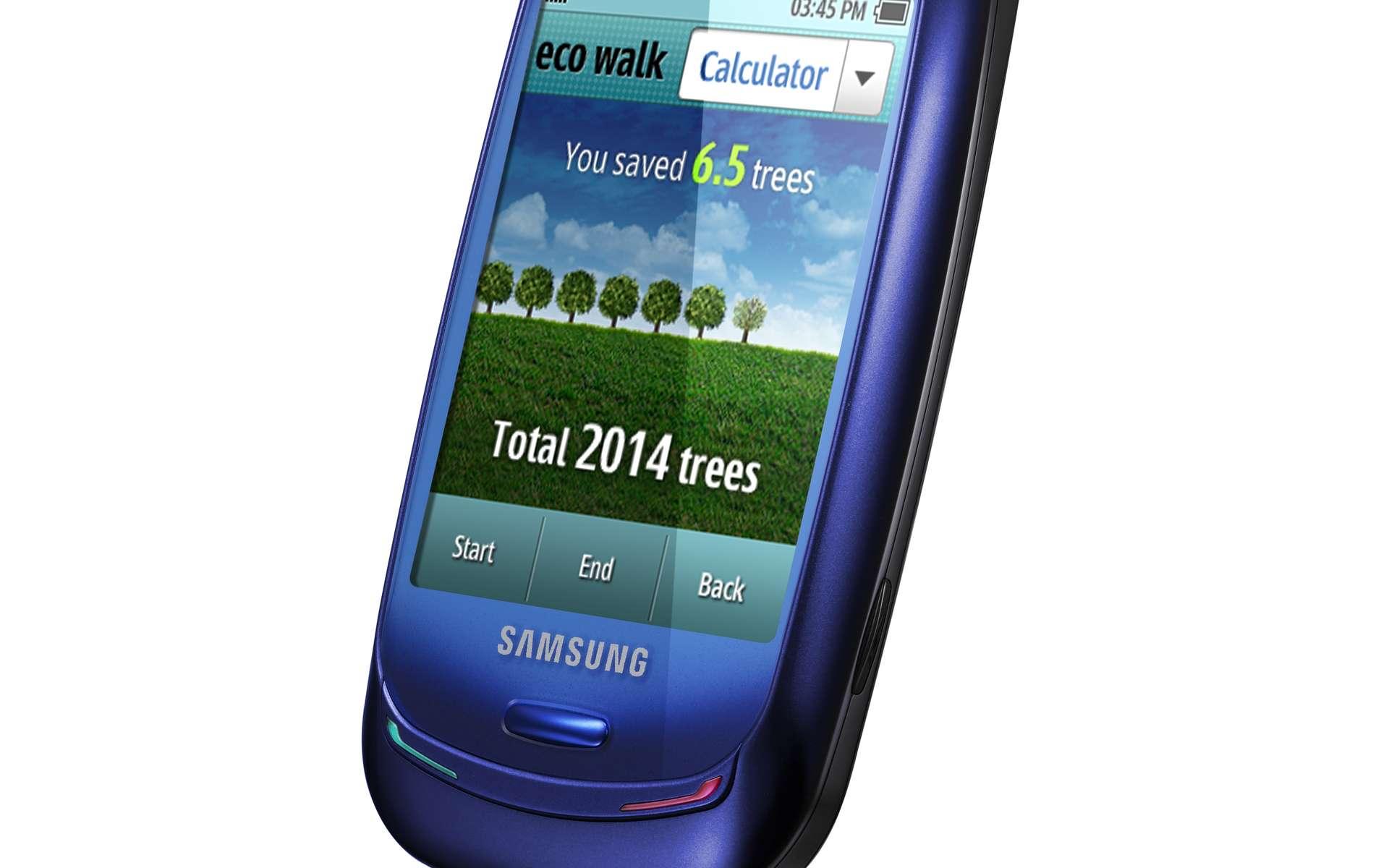 Le mobile solaire version hi-tech pour pays riches, signé Samsung. Le Blue-Earth, avec son capteur solaire au dos, est écolo. Le matériau constituant sa coque provient de plastiques recyclés et une fonction de podomètre calcule l'économie d'émission de carbone réalisée lorsqu'on marche à pied par comparaison avec le même trajet en voiture... © Samsung