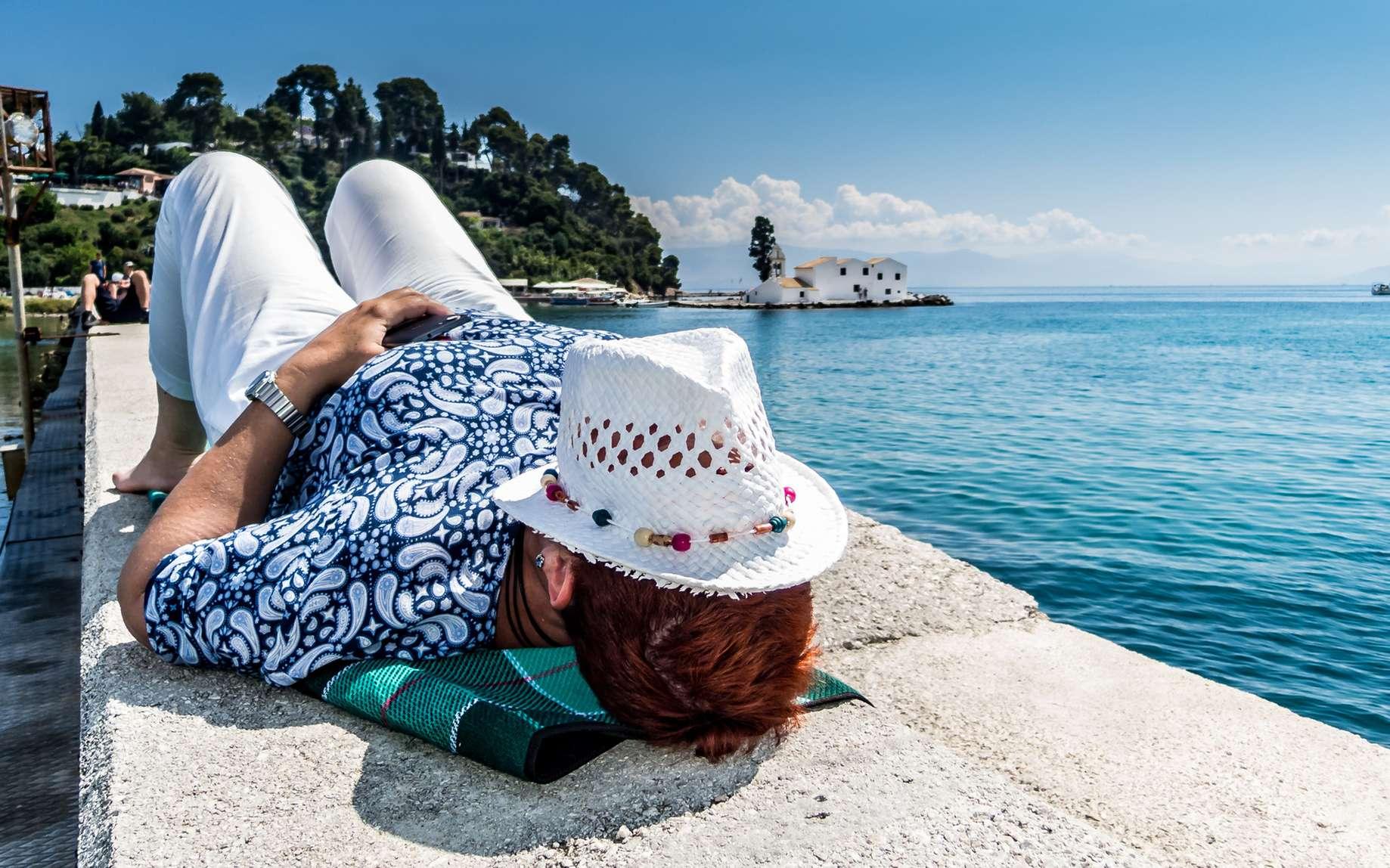 Au bureau et en vacances, quelques conseils pour s'habiller quand il fait chaud. © Andre, Fotolia