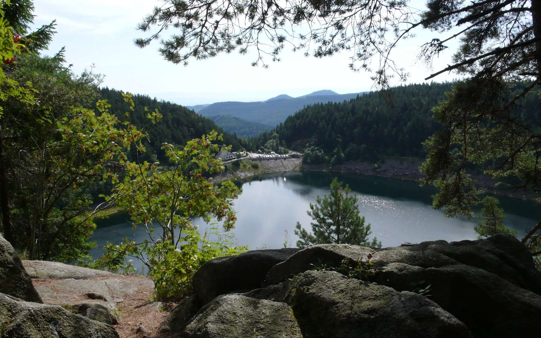 Le lac Noir, dans les Vosges. En période de production d'électricité excédentaire, des pompes envoient de l'eau dans le lac Blanc, situé 120 m au-dessus. Le lâché d'eau permet ensuite de restituer l'électricité (une partie du moins). L'installation a été créée dans les années 1930. On voit ici l'ancienne centrale hydraulique. © Jean-Luc Goudet