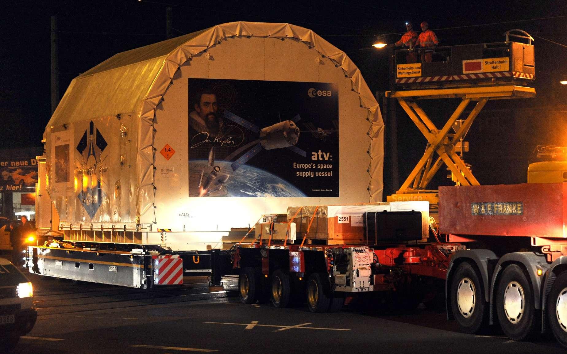 L'ATV Johannes Kepler sera acheminé en plusieurs parties jusqu'au port spatial européen de Kourou, accompagné de 59 conteneurs maritimes chargés des équipements de test. Crédit Astrium